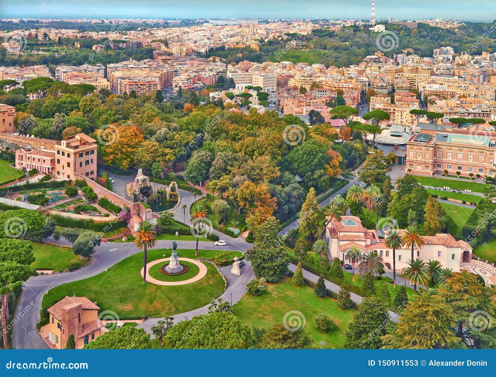 Βράδυ οικοδόμησης πανοράματος της Ρώμης Άποψη στεγών της Ρώμης με την αρχαία αρχιτεκτονική στην Ιταλία
