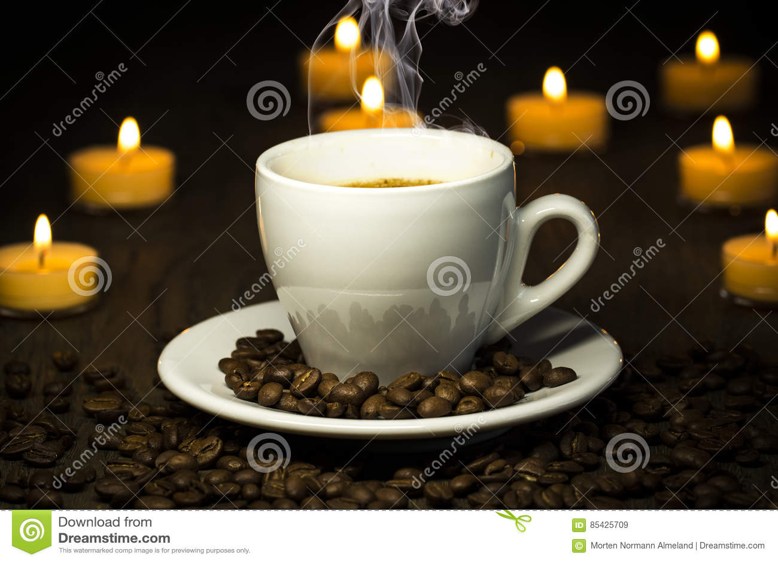 Βράζοντας το καυτό coffe - με τον καπνό φασολιών και bokeh στο backgroun στον ατμό