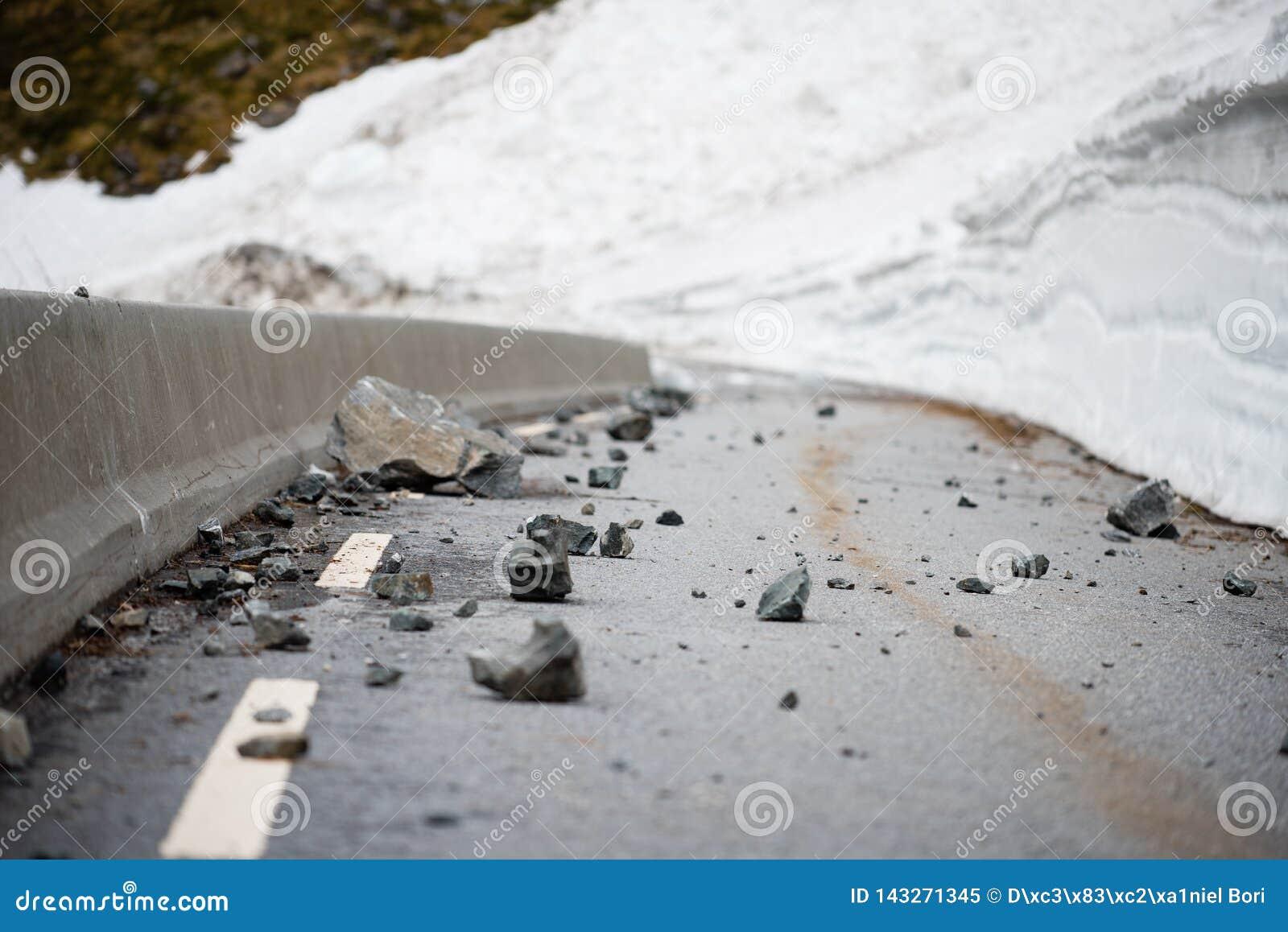 Βράχοι αφορημένος έναν δρόμο