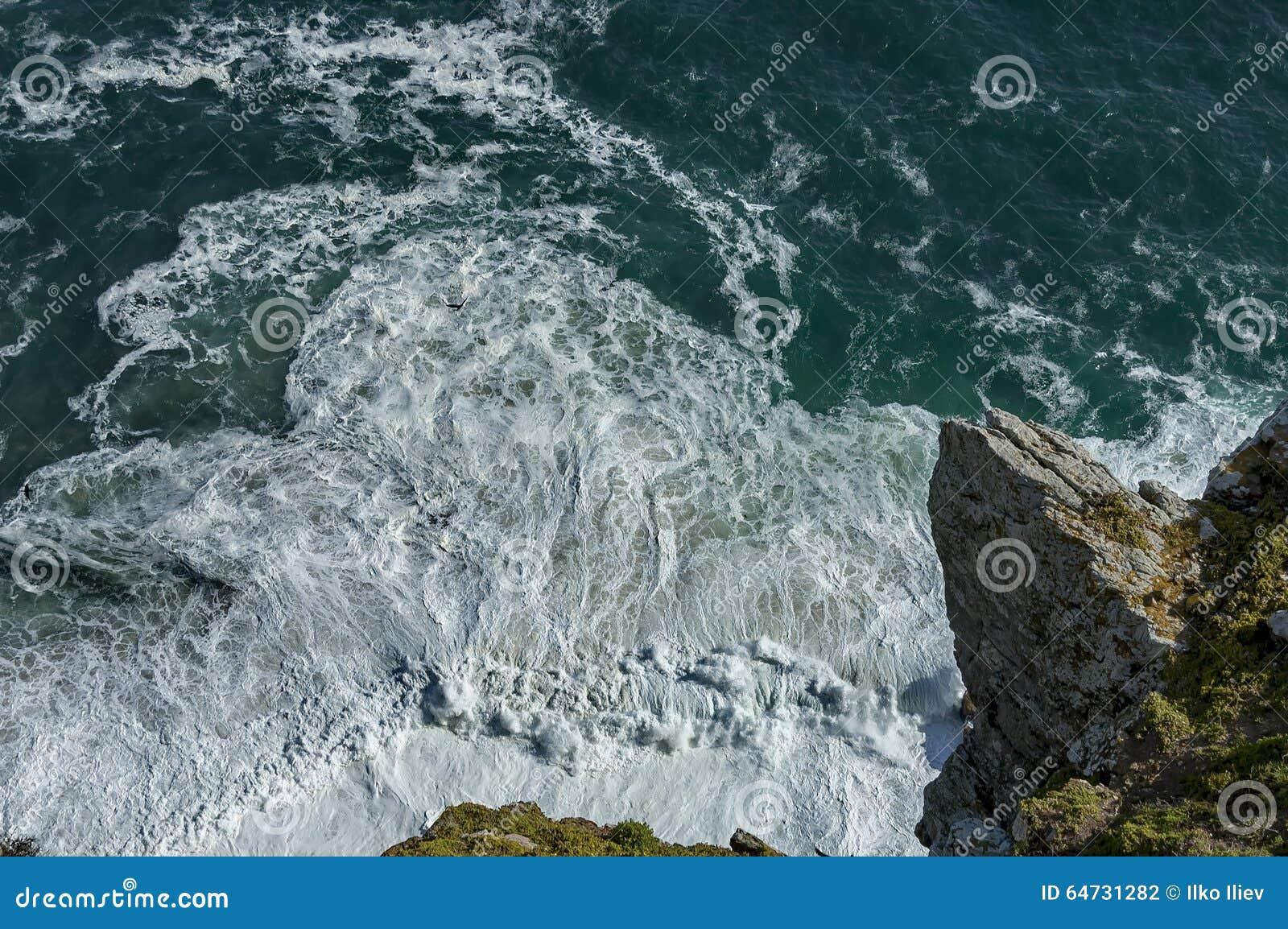Βράχοι επάνω από τον ωκεανό στο ακρωτήριο της καλής ελπίδας