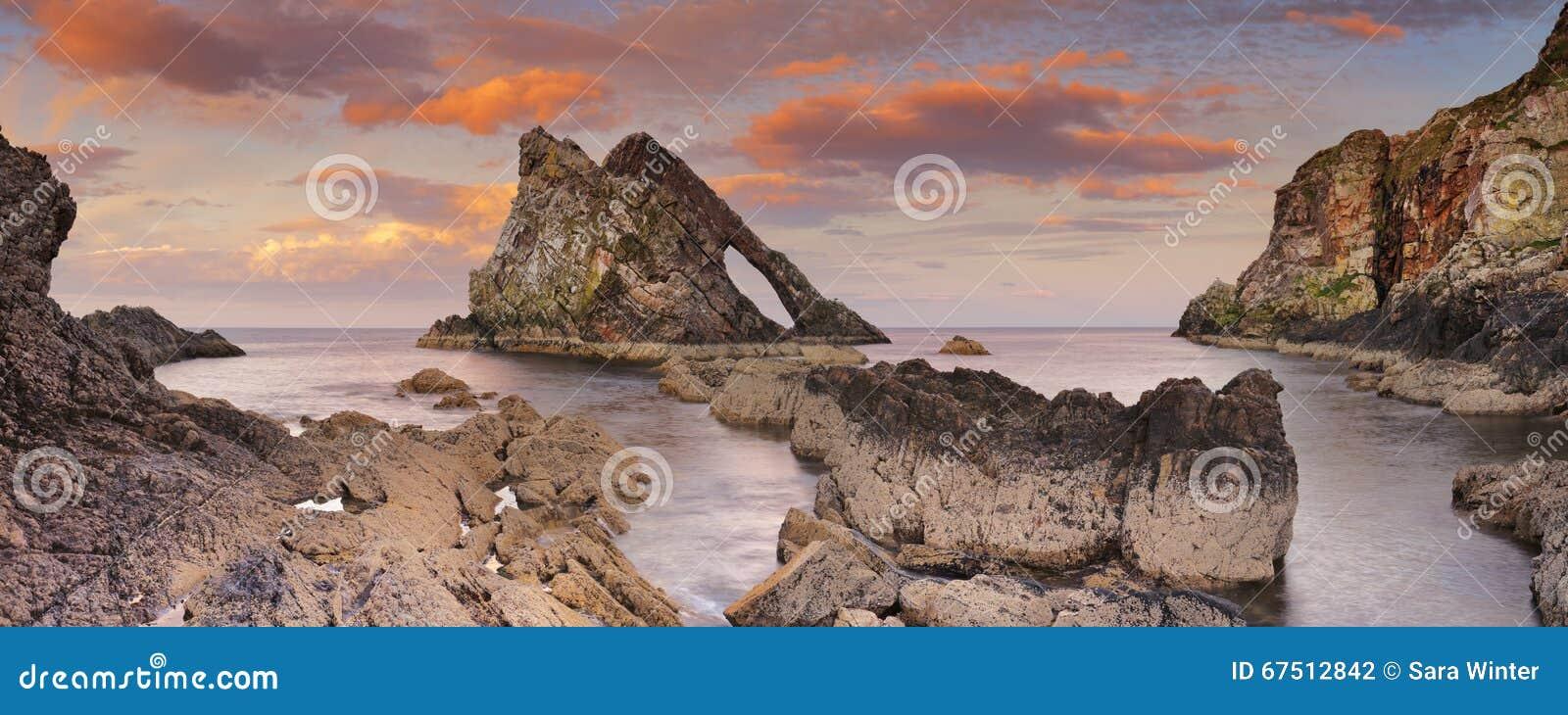 Βράχος βιολιών τόξων στην ακτή Moray, Σκωτία στο ηλιοβασίλεμα