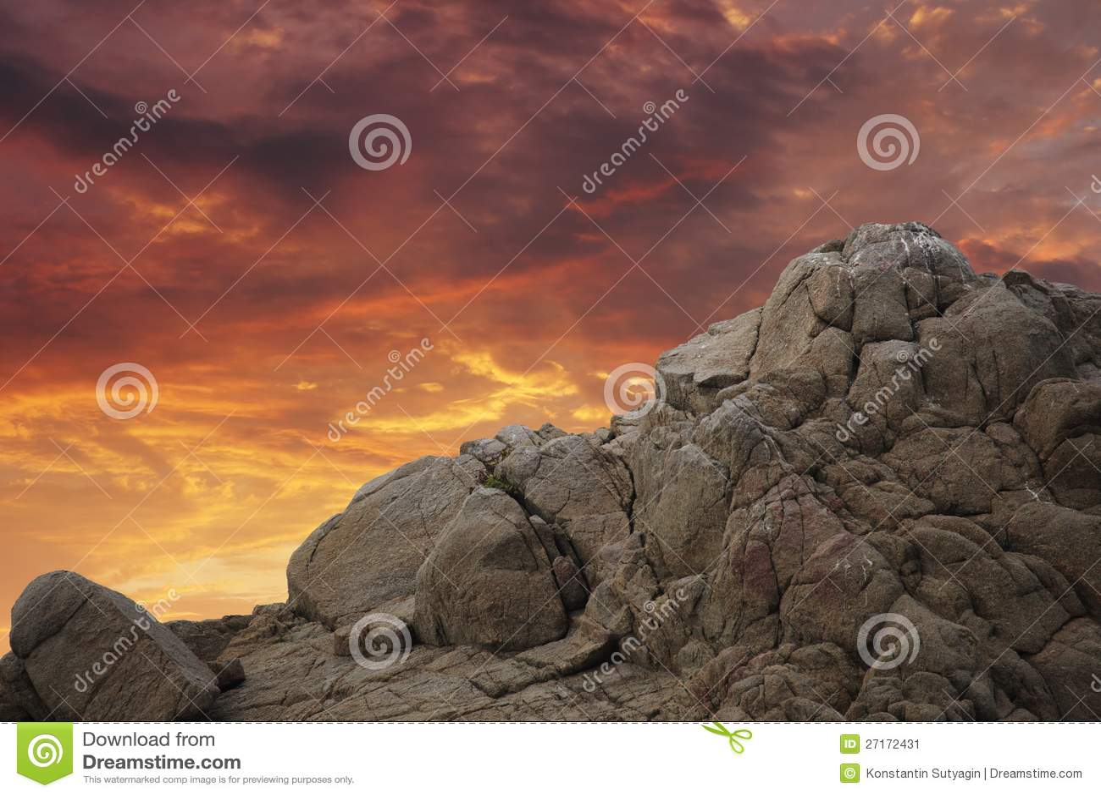 Βράχος βουνών πέρα από το ηλιοβασίλεμα