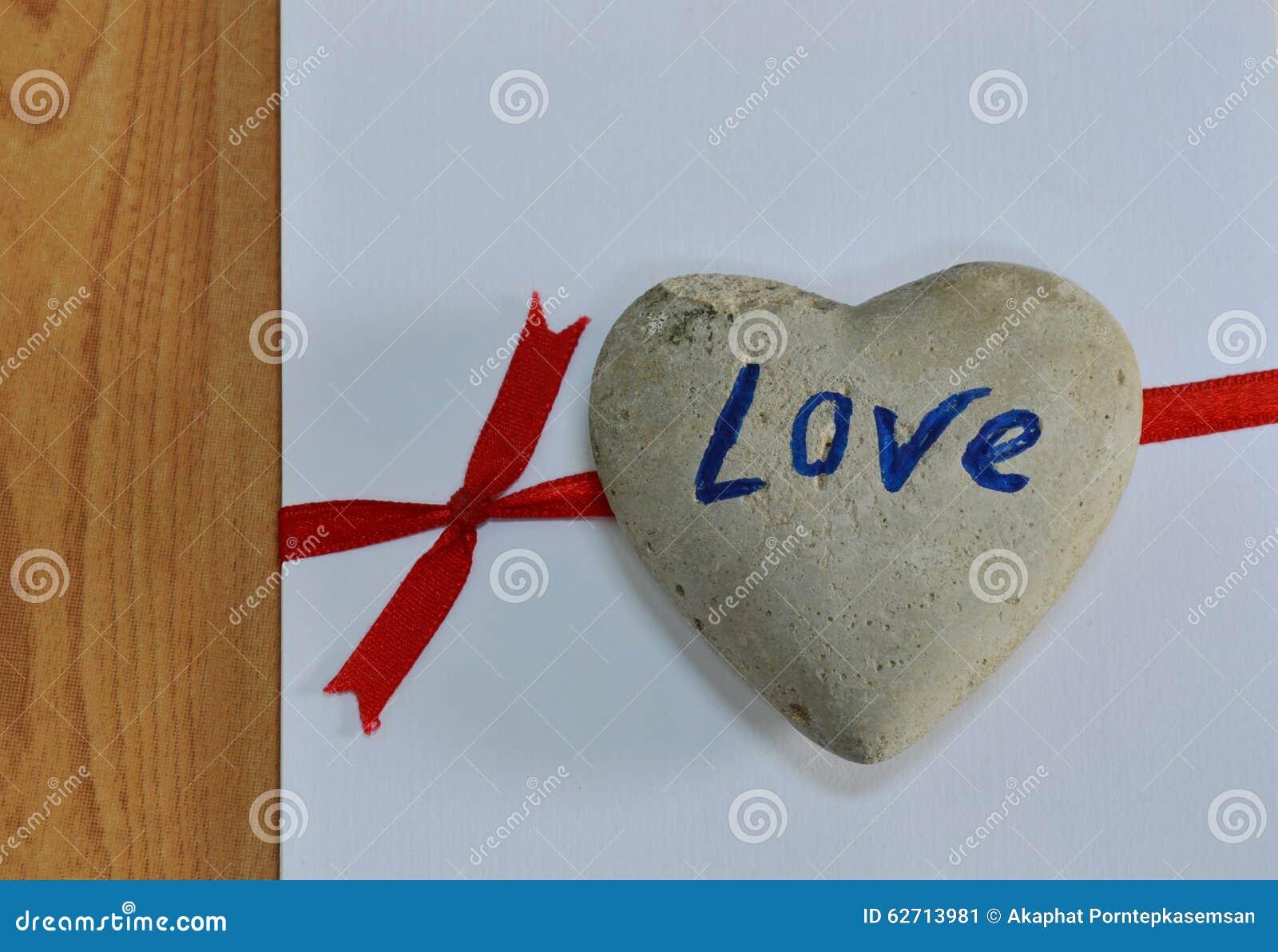 Βράχος καρδιών στην κόκκινη κορδέλλα δεσμών της Λευκής Βίβλου