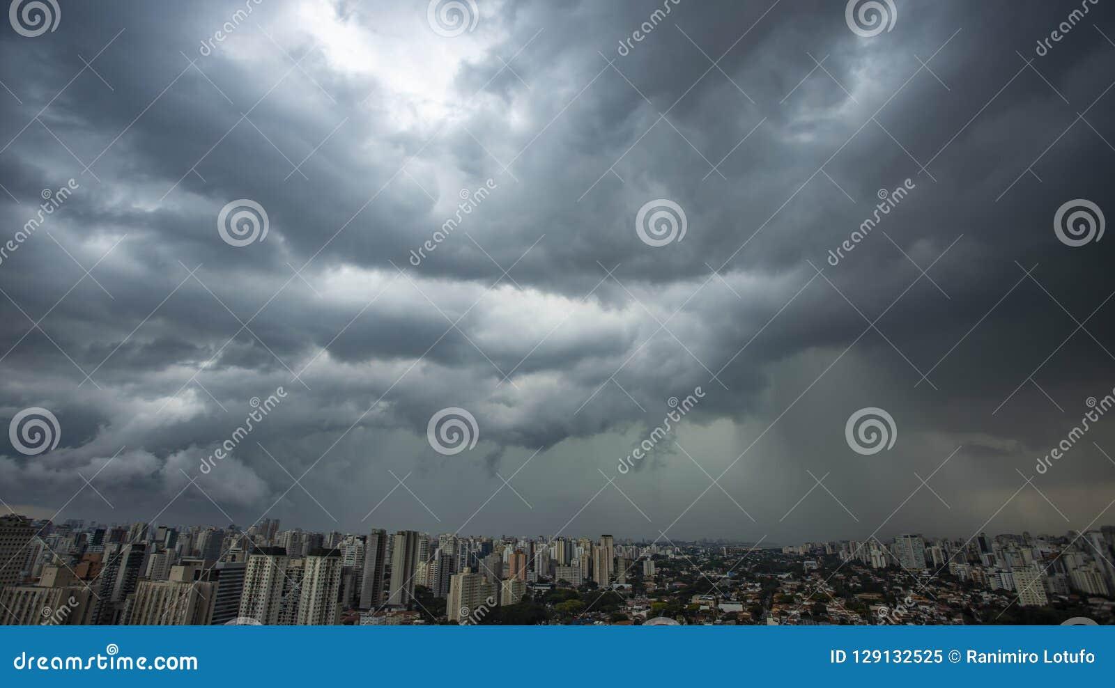 Βρέχει πολύ ισχυρός στην πόλη του Σάο Πάολο