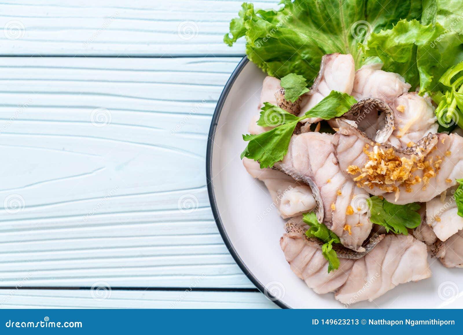 Βρασμένη εμβύθιση ψαριών με τη σάλτσα