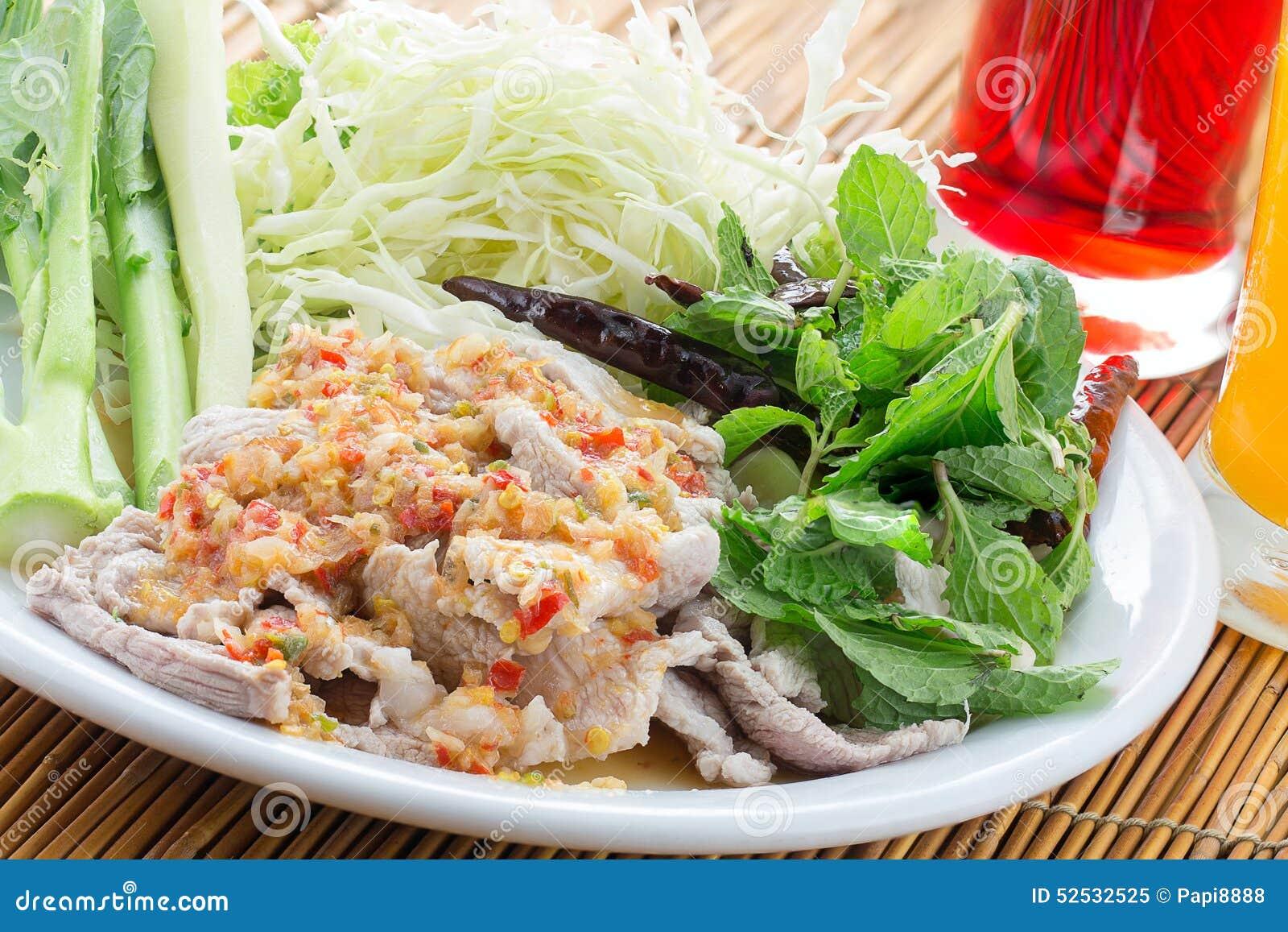 Βρασμένο χοιρινό κρέας με τη σάλτσα ασβέστη, σκόρδου και τσίλι