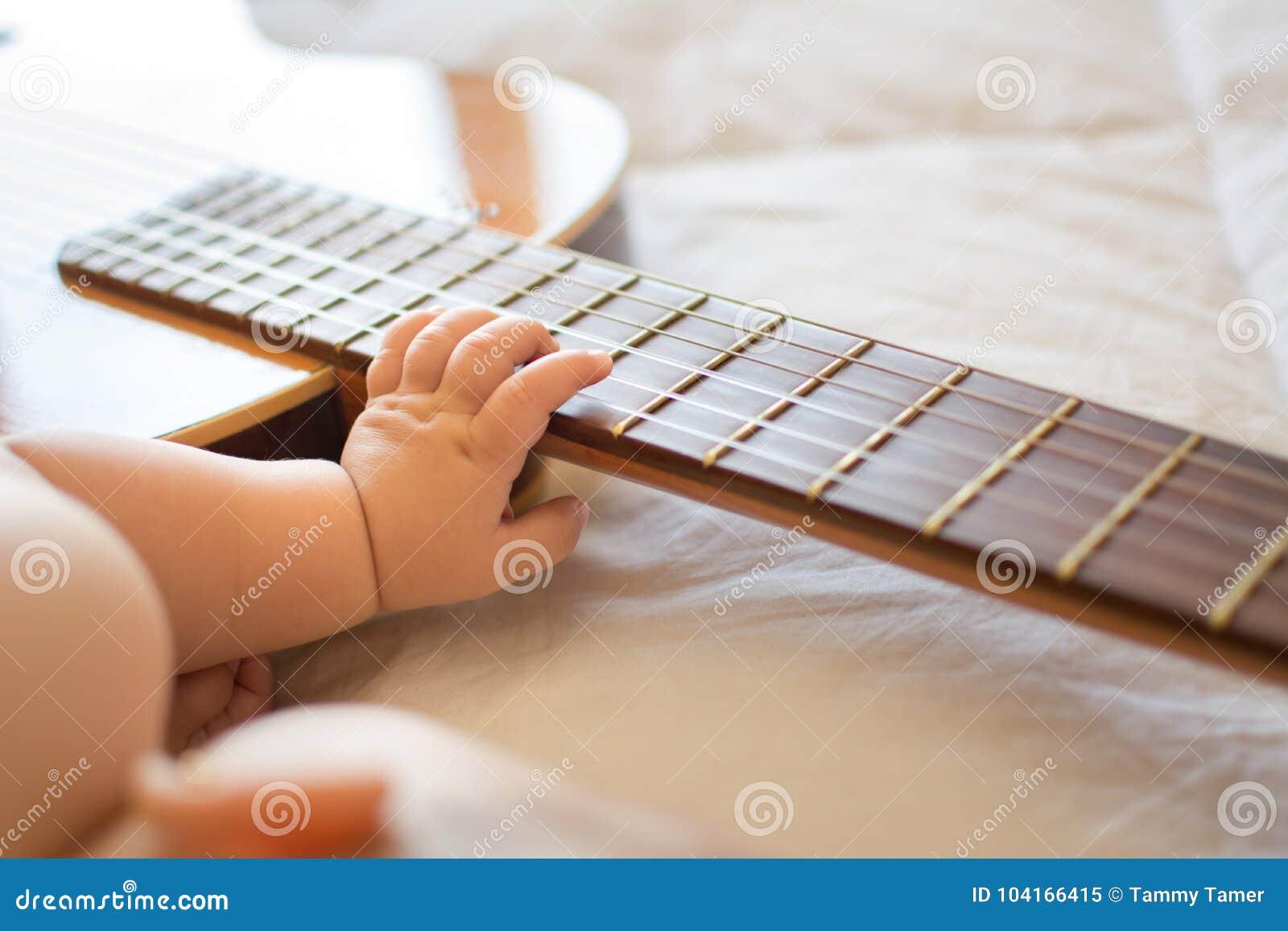 Βραχίονας μωρών στην κιθάρα