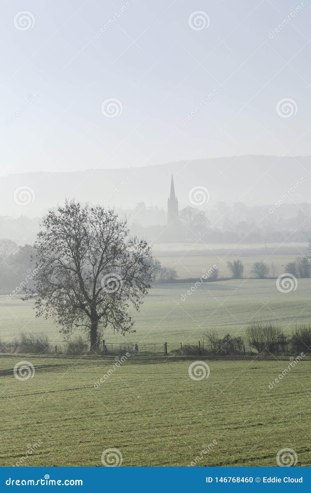 Βρετανική επαρχία στην ομίχλη πρωινού