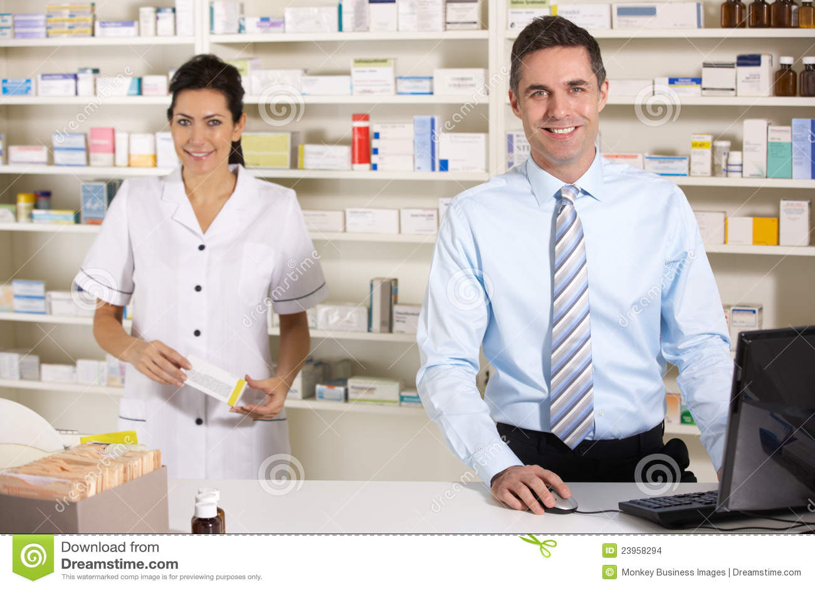 Βρετανικοί νοσοκόμα και φαρμακοποιός που εργάζονται στο φαρμακείο