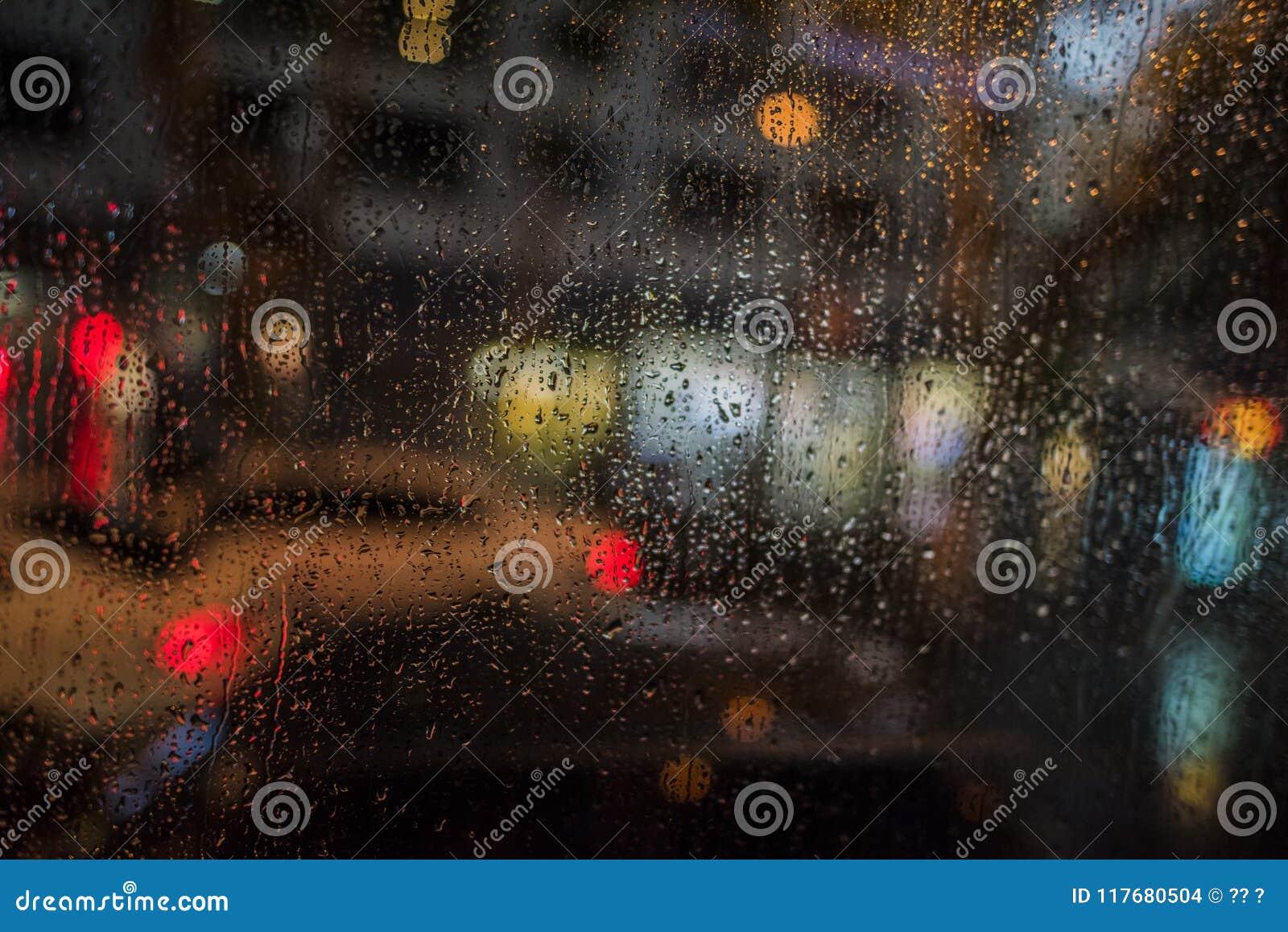 Βροχερή νύχτα, ελαφριά έξω από το παράθυρο λεωφορείων