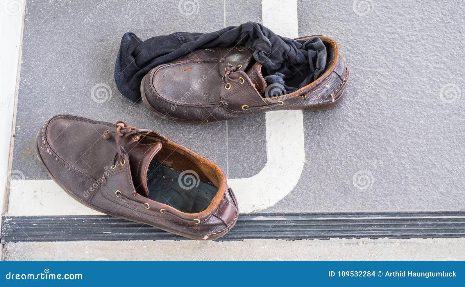 f338fd84a04 Download Βρώμικα παπούτσια και μαύρες κάλτσες στο πάτωμα στο γραφείο Στοκ  Εικόνες - εικόνα από και