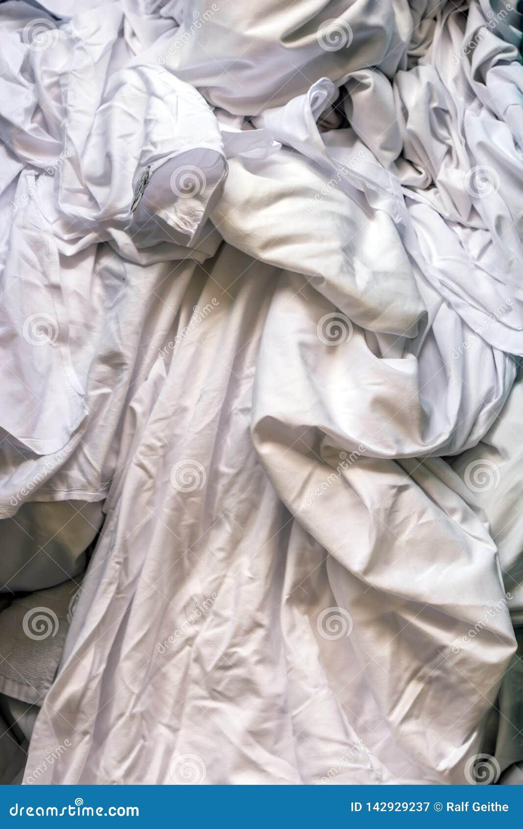 Βρώμικο άσπρο πλυντήριο σε ένα πλυντήριο