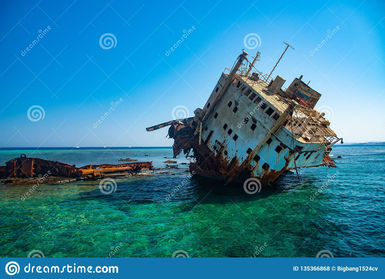 Βυθισμένο σκάφος που εγκαταλείπεται