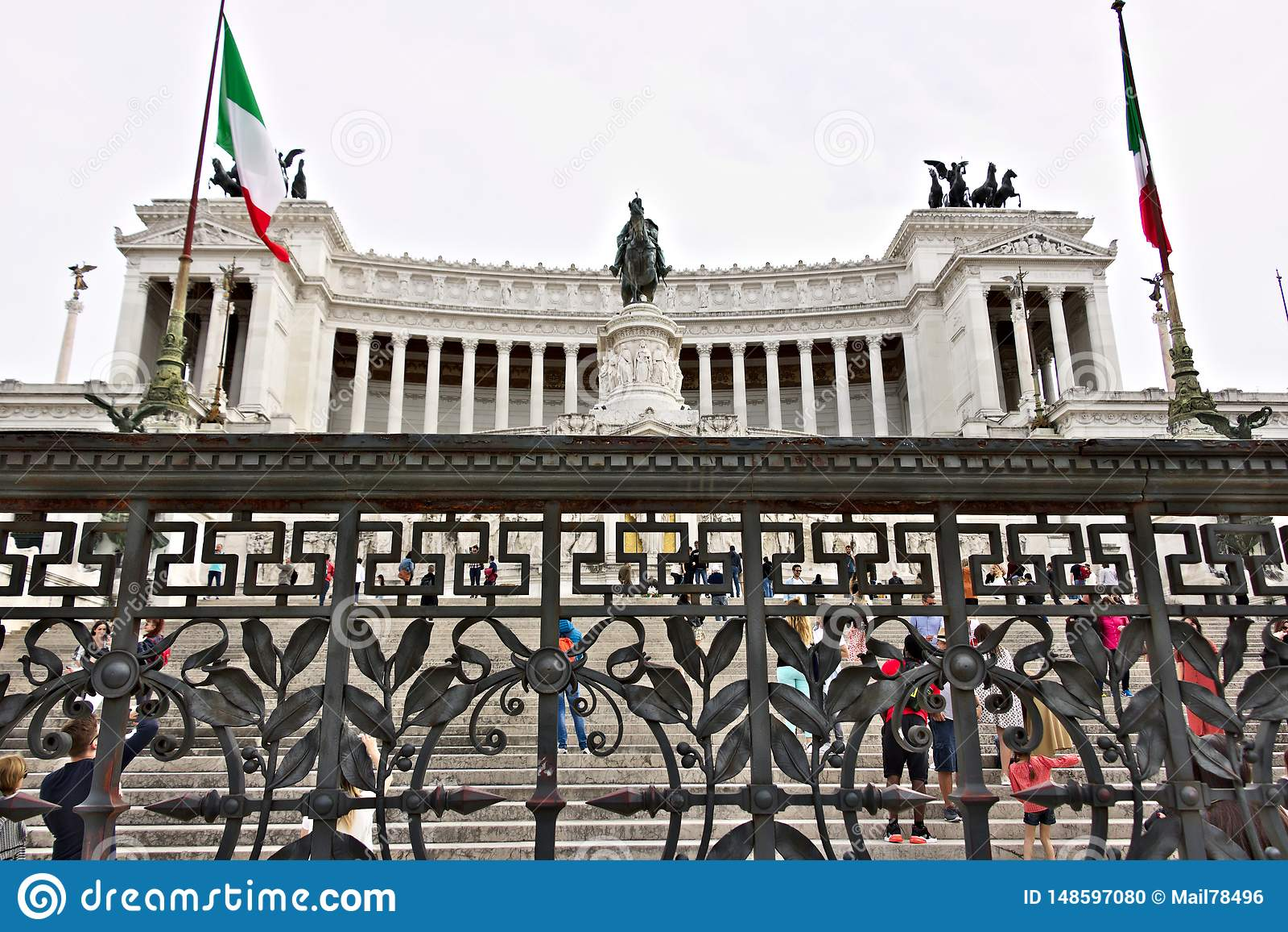 Βωμός της πατρικής γης ή του Vittoriano στην πλατεία Venezia στη Ρώμη Μεγάλο μνημείο με την κιονοστοιχία φιαγμένη από μάρμαρο Bot