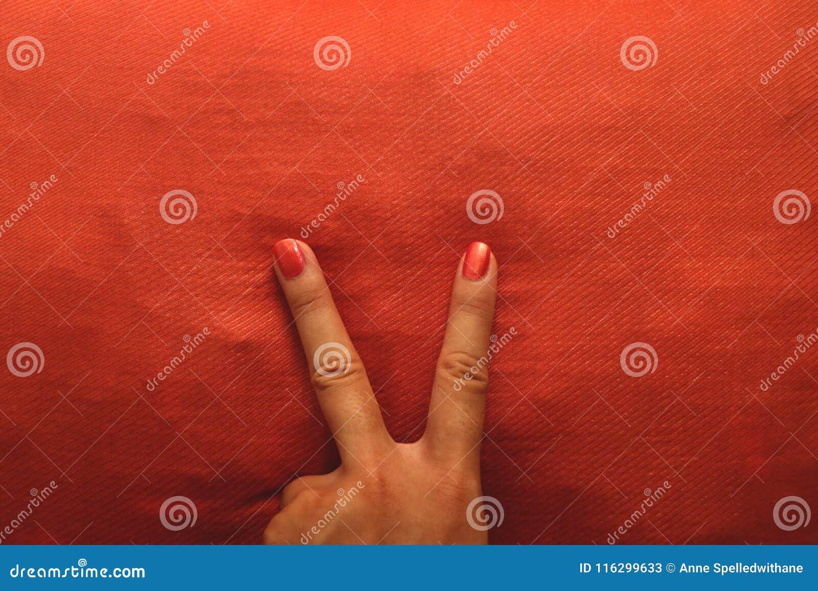 Β θηλυκό χρωματισμένο χέρι πορτοκάλι σημαδιών
