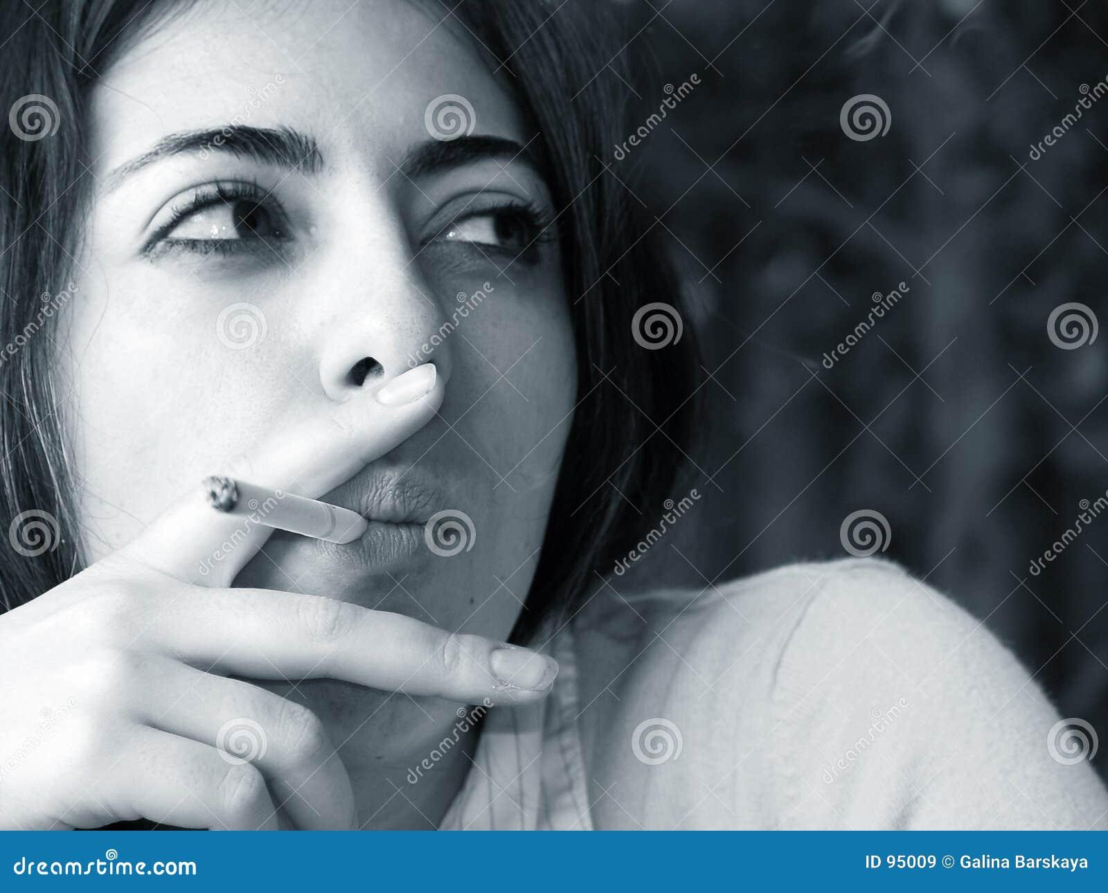 β που καπνίζει τη γυναίκα W