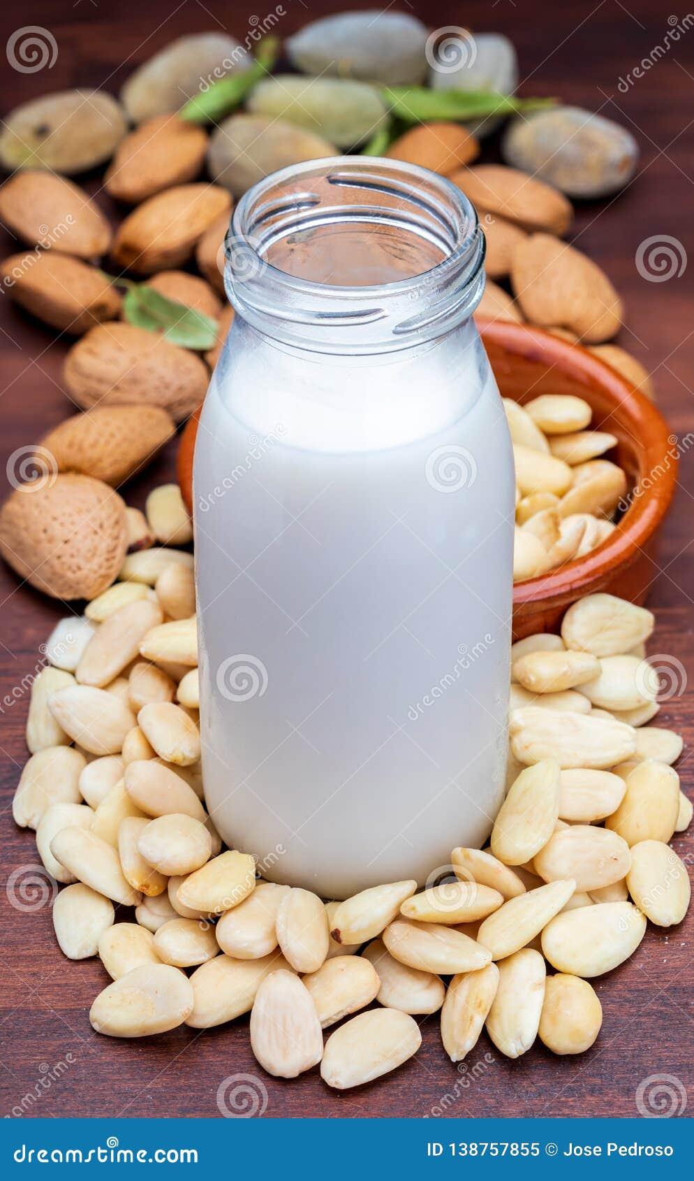 Γάλα αμυγδάλων στο μπουκάλι γυαλιού Περιλαμβάνει τα ξεφλουδισμένα αμύγδαλα