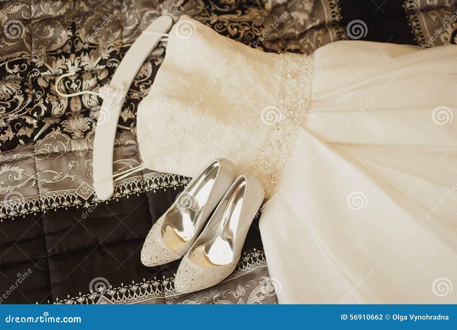 γάμος παπουτσιών φορεμάτ&omeg