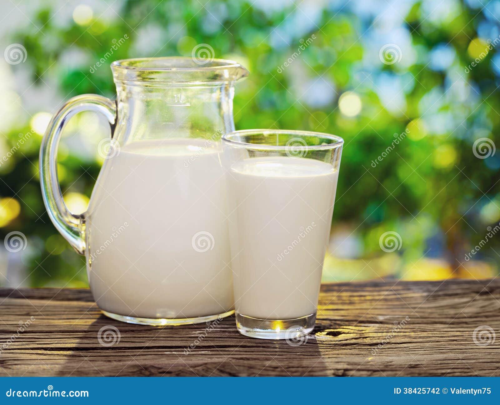 Γάλα στο βάζο και το γυαλί.