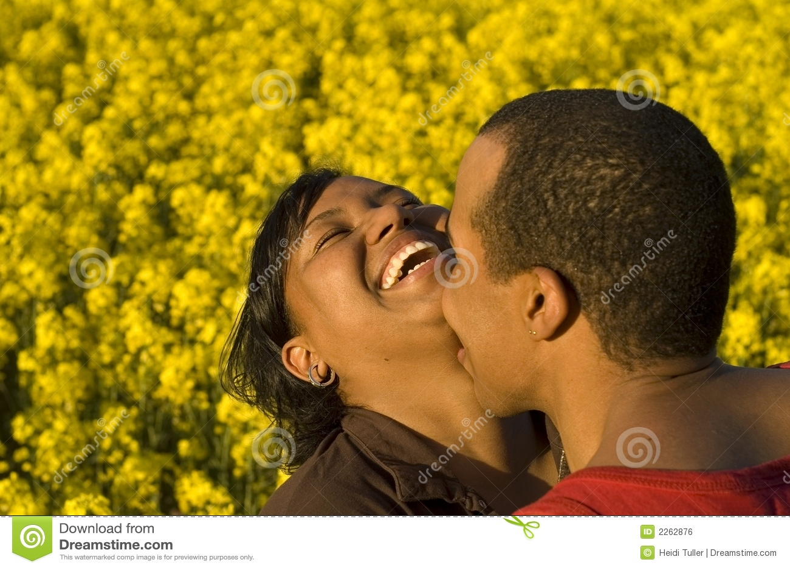 γέλιο φιλήματος ζευγών