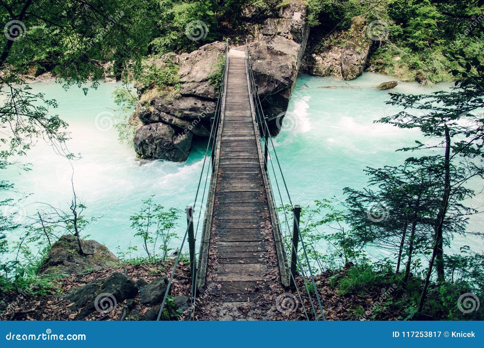 Γέφυρα αναστολής πέρα από τον ποταμό Soca, δημοφιλής υπαίθριος προορισμός, κοιλάδα Soca, Σλοβενία, Ευρώπη