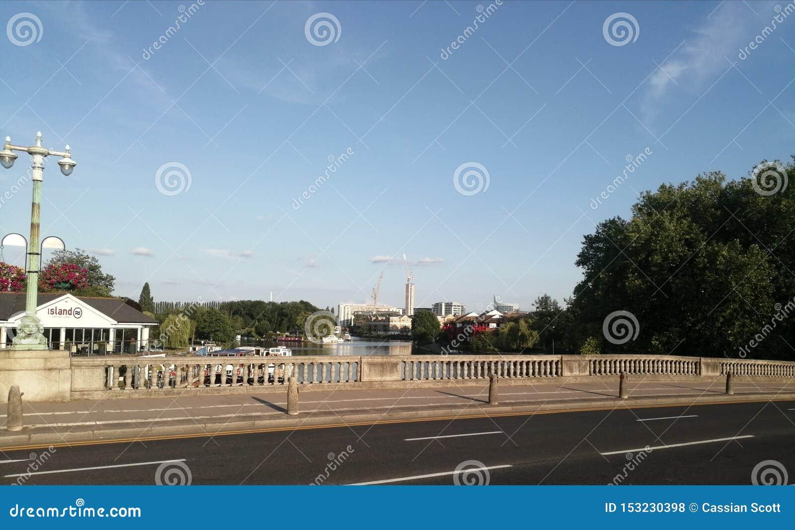 Γέφυρα από την άποψη όχθεων ποταμού