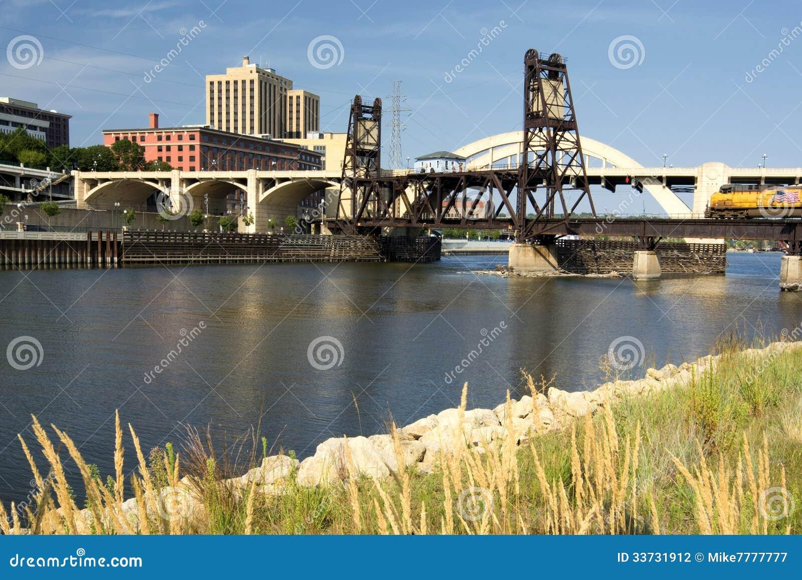 Γέφυρα διαδρομής σιδηροδρόμου και οδών του Robert. Το στο κέντρο της πόλης Saint-Paul, Μινεσότα