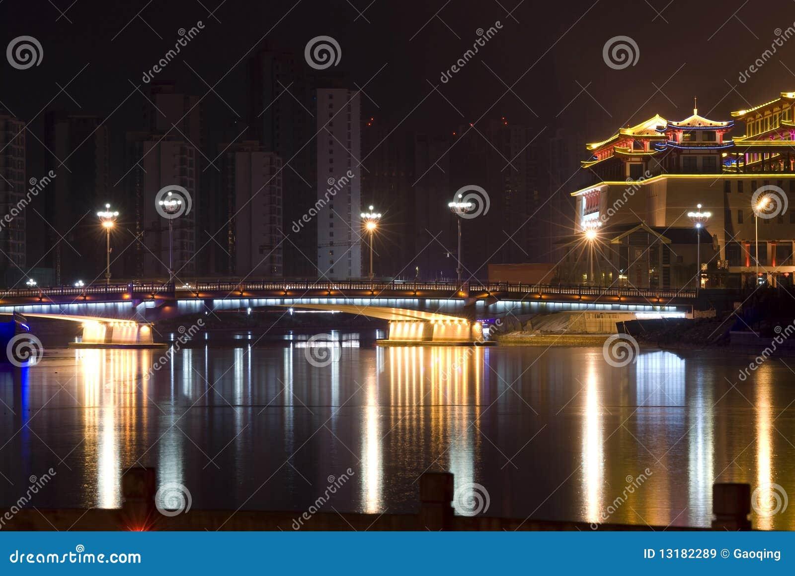 Γέφυρα και κτήρια με το νέο