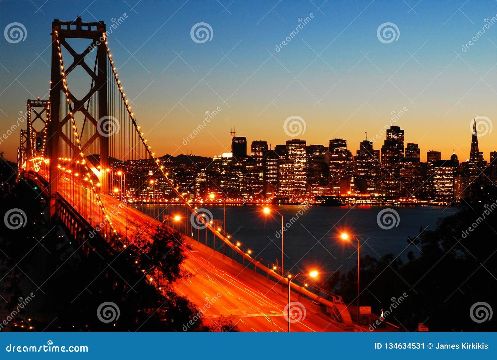 Γέφυρα κόλπων του Σαν Φρανσίσκο στο σούρουπο
