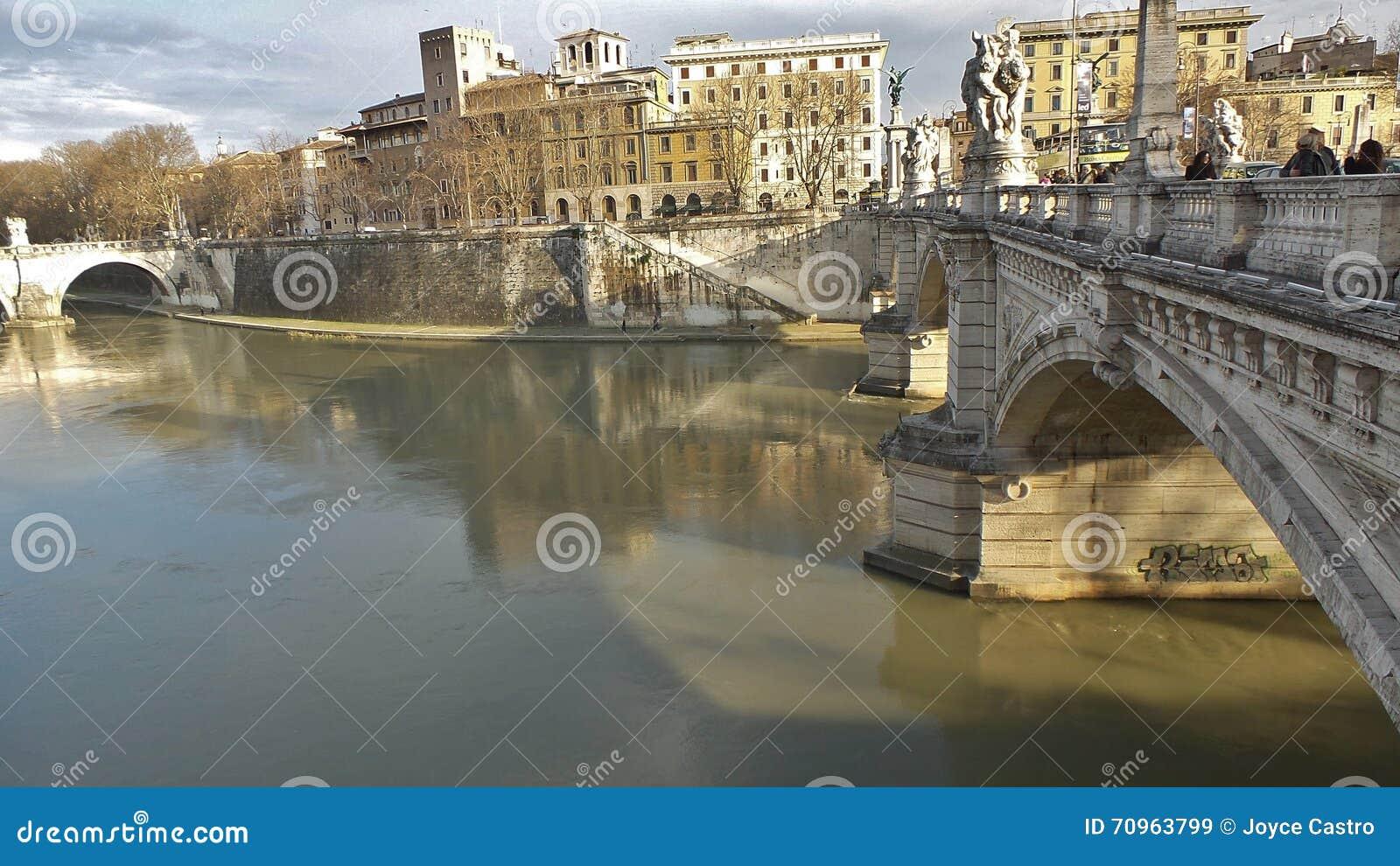 Γέφυρα με τα αγάλματα μπροστά από το Castle Saint Angelo