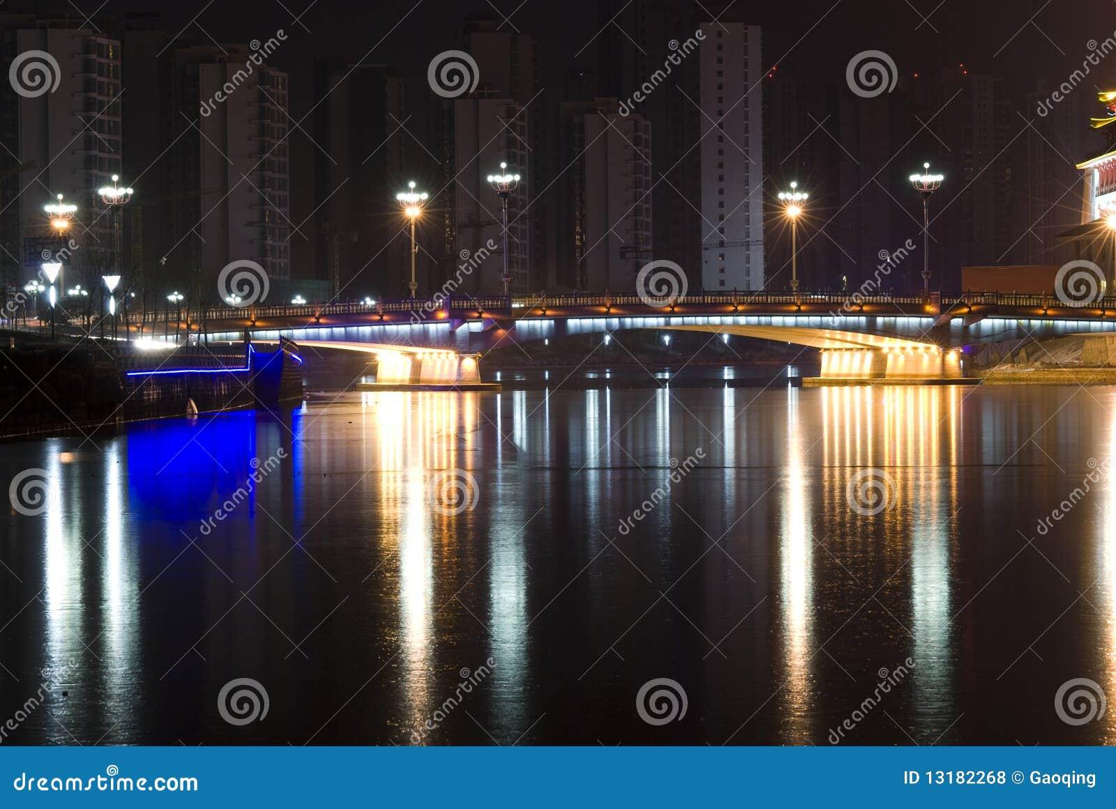 Γέφυρα με το φως νέου τη νύχτα