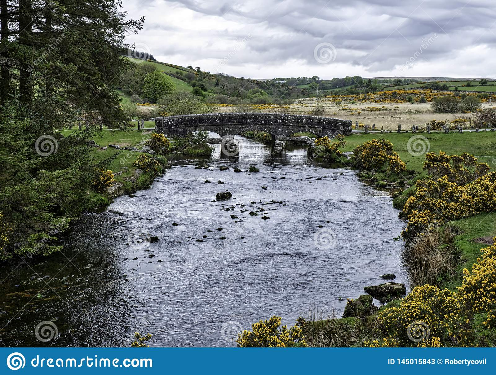 Γέφυρα πέρα από τον ποταμό ανατολικών βελών στο εθνικό πάρκο Dartmoor στη