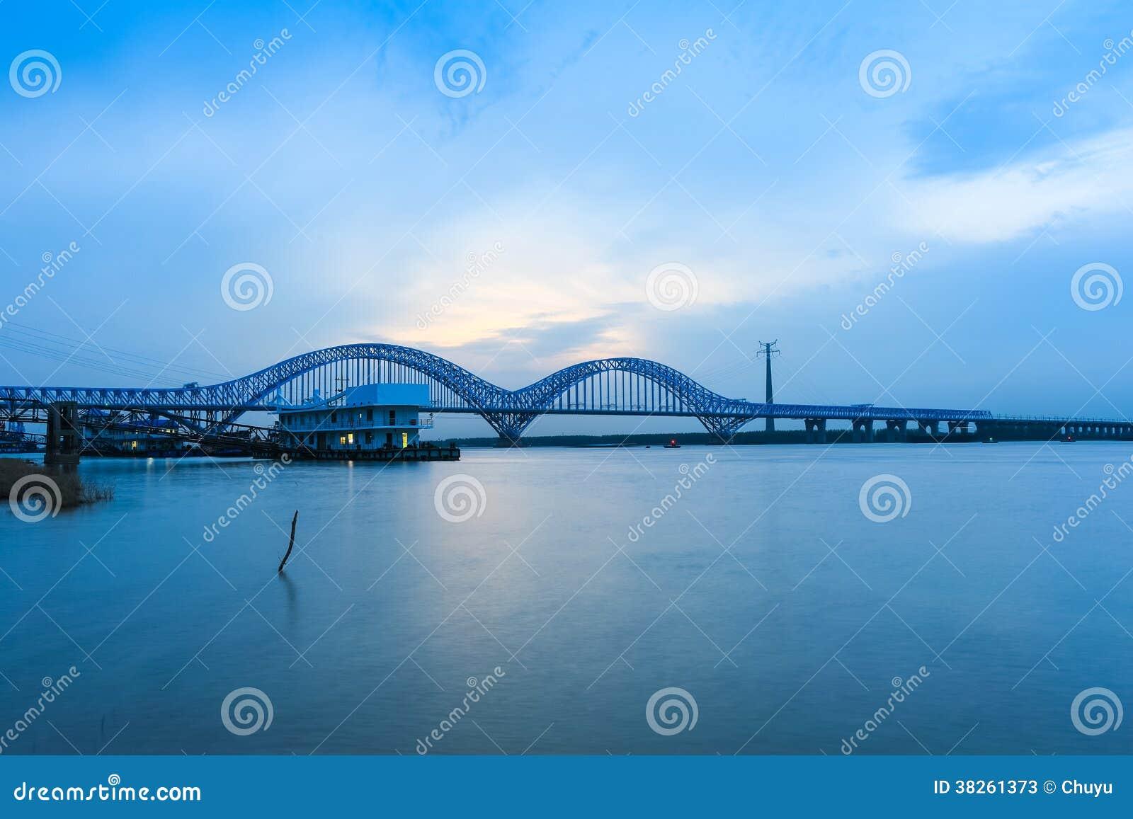 Γέφυρα ποταμών σιδηροδρόμων του Ναντζίνγκ yangtze στο σούρουπο