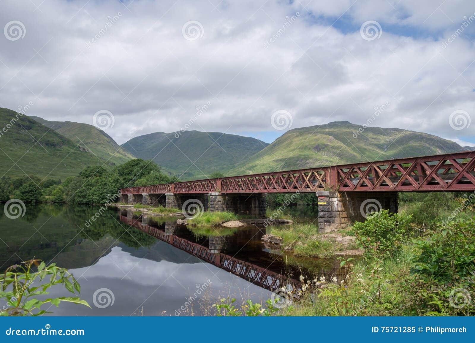 Γέφυρα σιδηροδρόμων που διασχίζει το δέο λιμνών, Argyll και Bute, Σκωτία