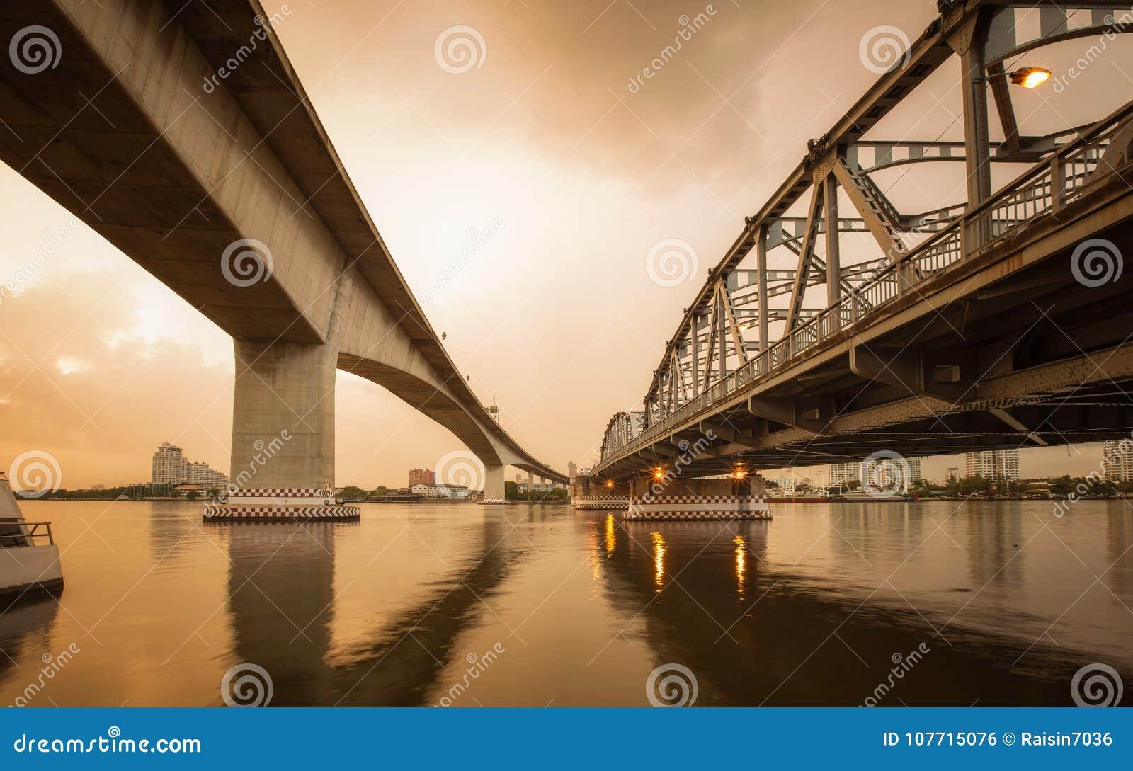 Γέφυρα σκυροδέματος και μετάλλων για το υπόβαθρο έννοιας μεταφορών