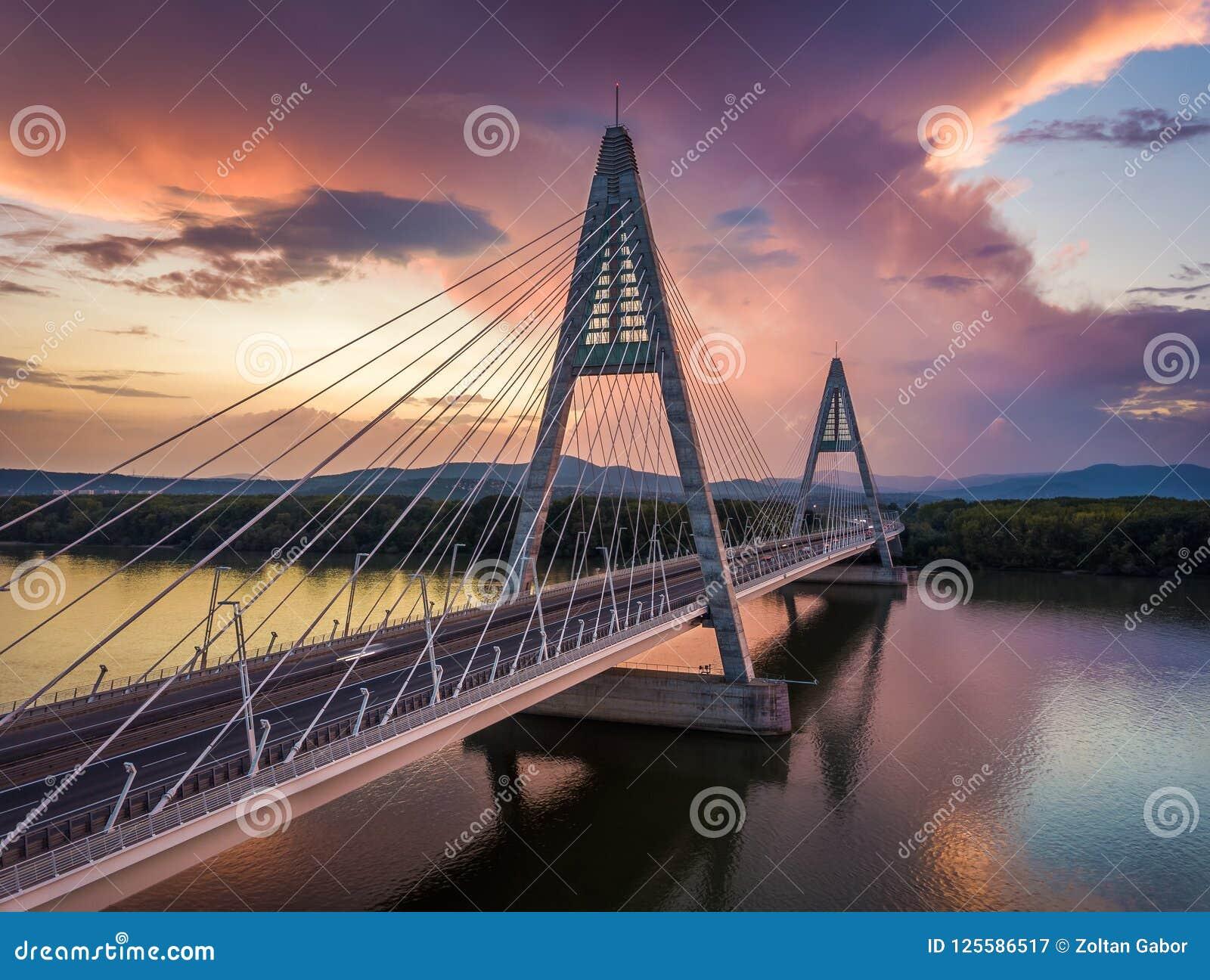 Γέφυρα της Βουδαπέστης, Ουγγαρία - Megyeri πέρα από τον ποταμό Δούναβης στο ηλιοβασίλεμα με τα όμορφα δραματικά σύννεφα