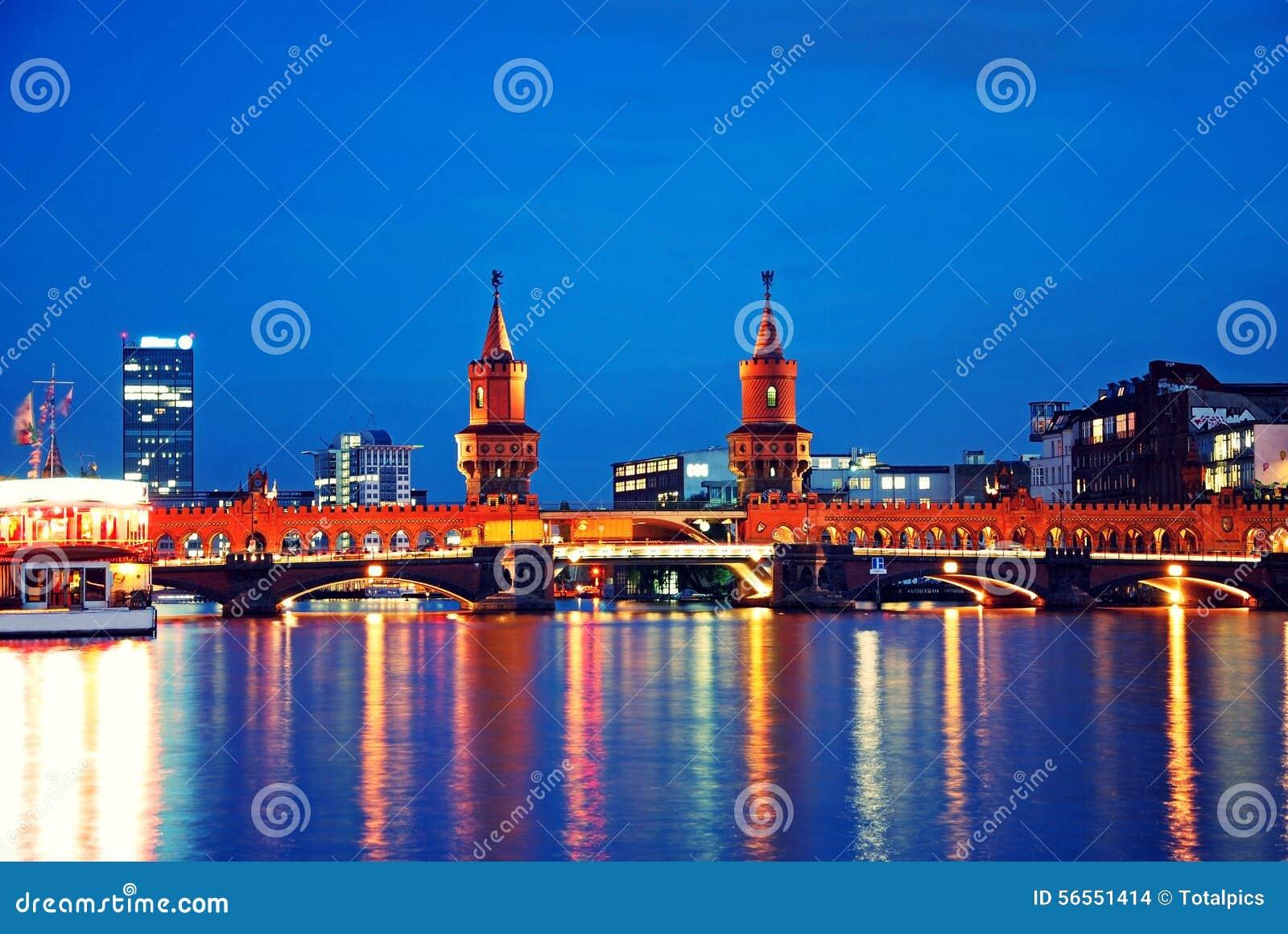 Download Γέφυρα του Βερολίνου Oberbaumbruecke Εκδοτική Στοκ Εικόνα - εικόνα από βακκινίων, νύχτα: 56551414