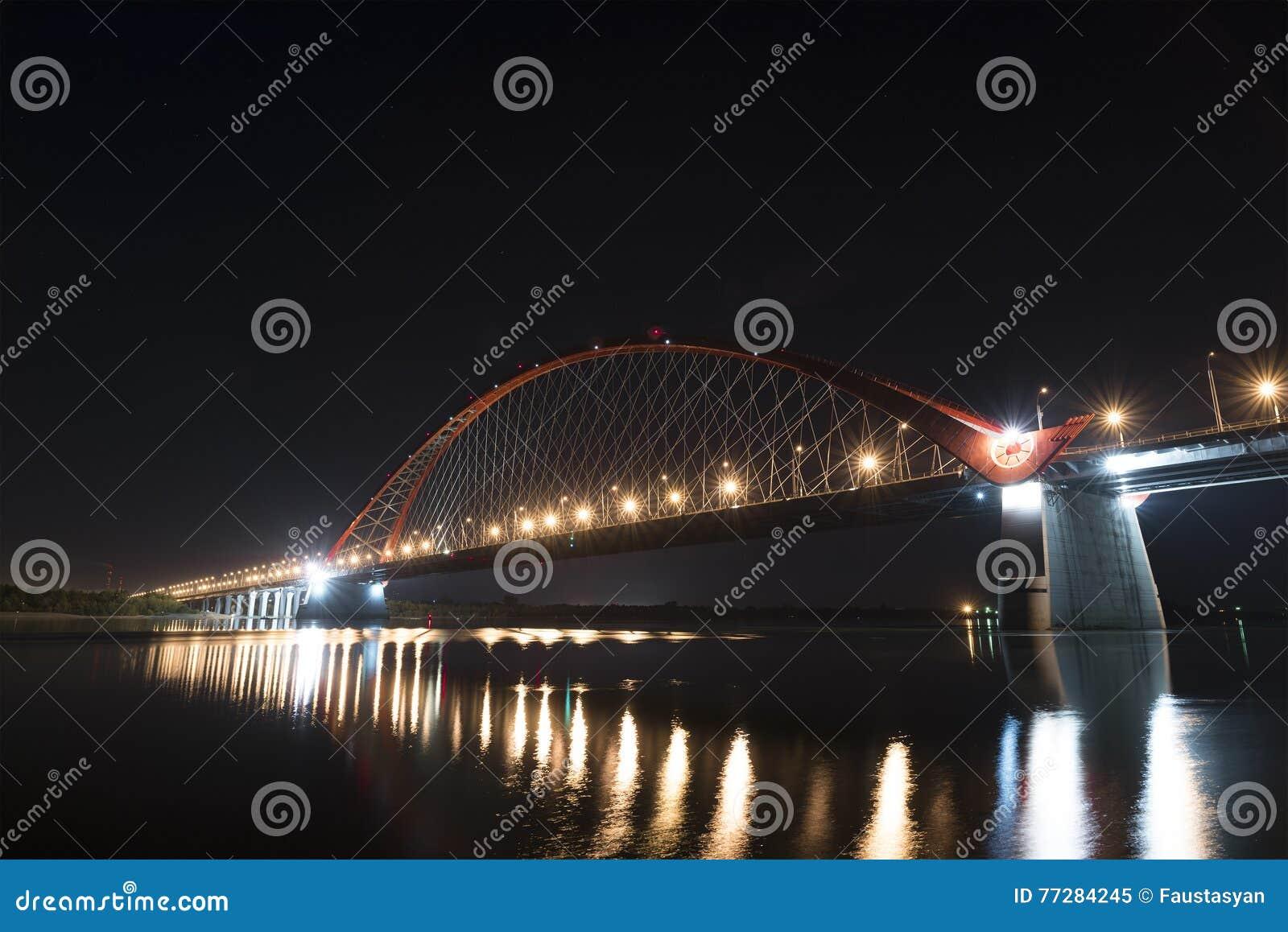 Γέφυρα Bugrinsky τη νύχτα