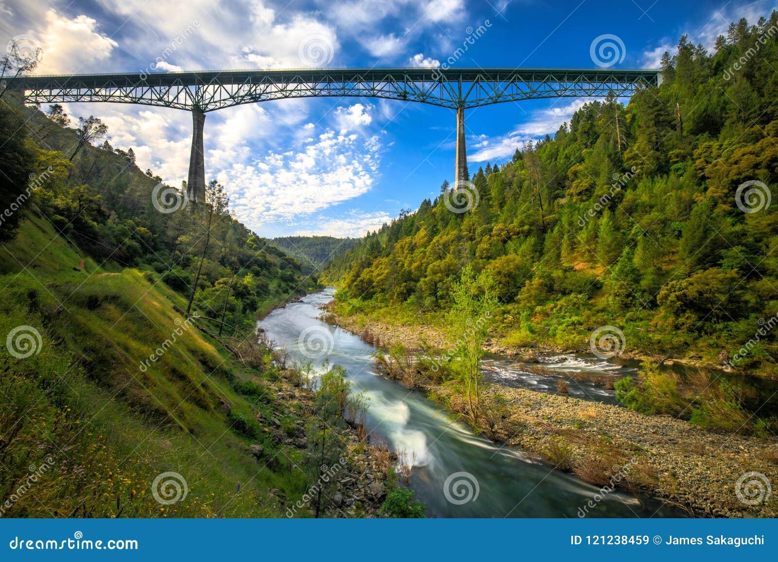 Γέφυρα Foresthill σε πυρόξανθη Καλιφόρνια, η τέταρτος-πιό ψηλή γέφυρα στις ΗΠΑ και τις στάσεις πέρα από τον αμερικανικό ποταμό