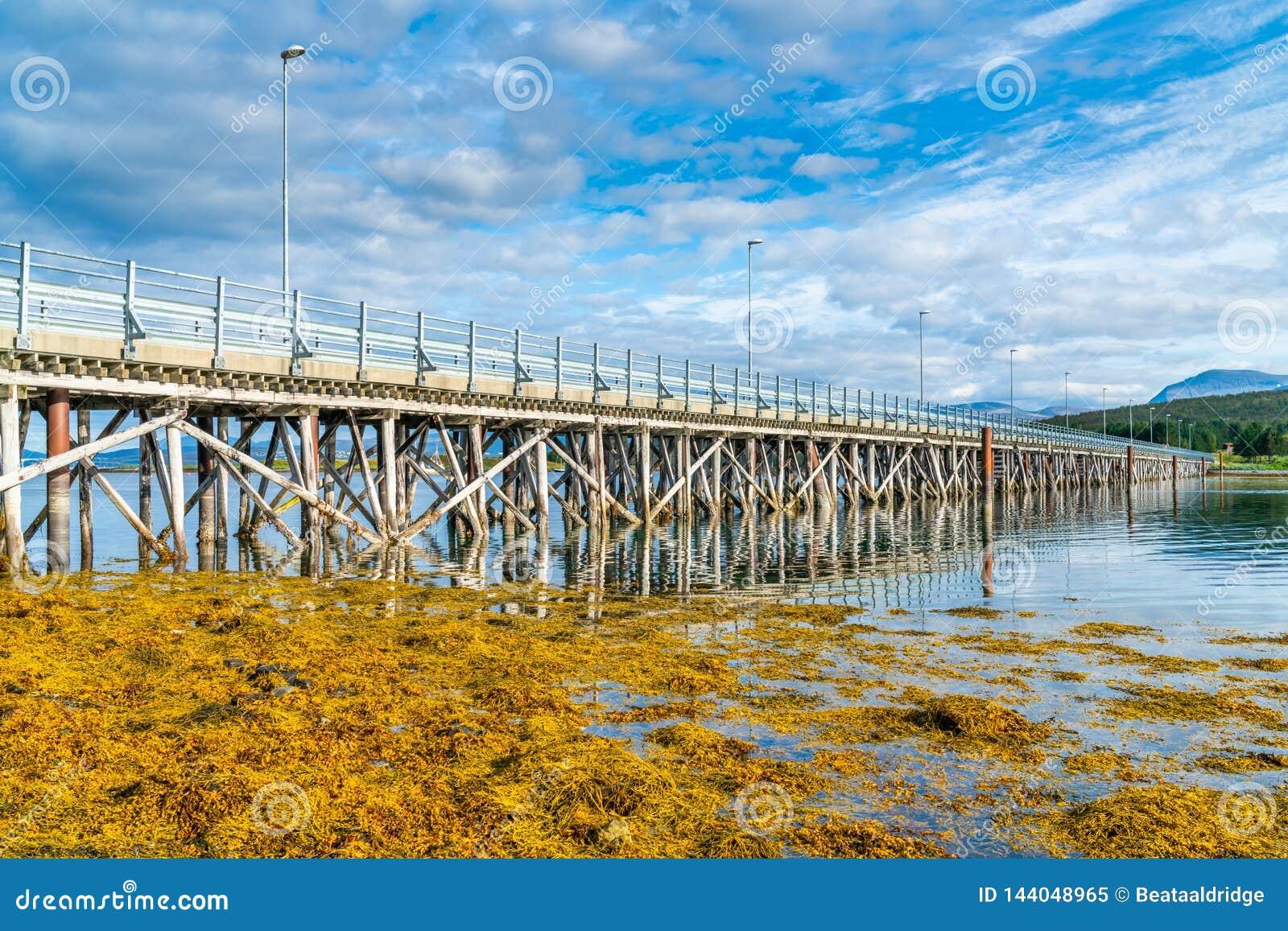 Γέφυρα Hakoybrua που συνδέει τα νησιά Hakoya και Kvaloya, Νορβηγία