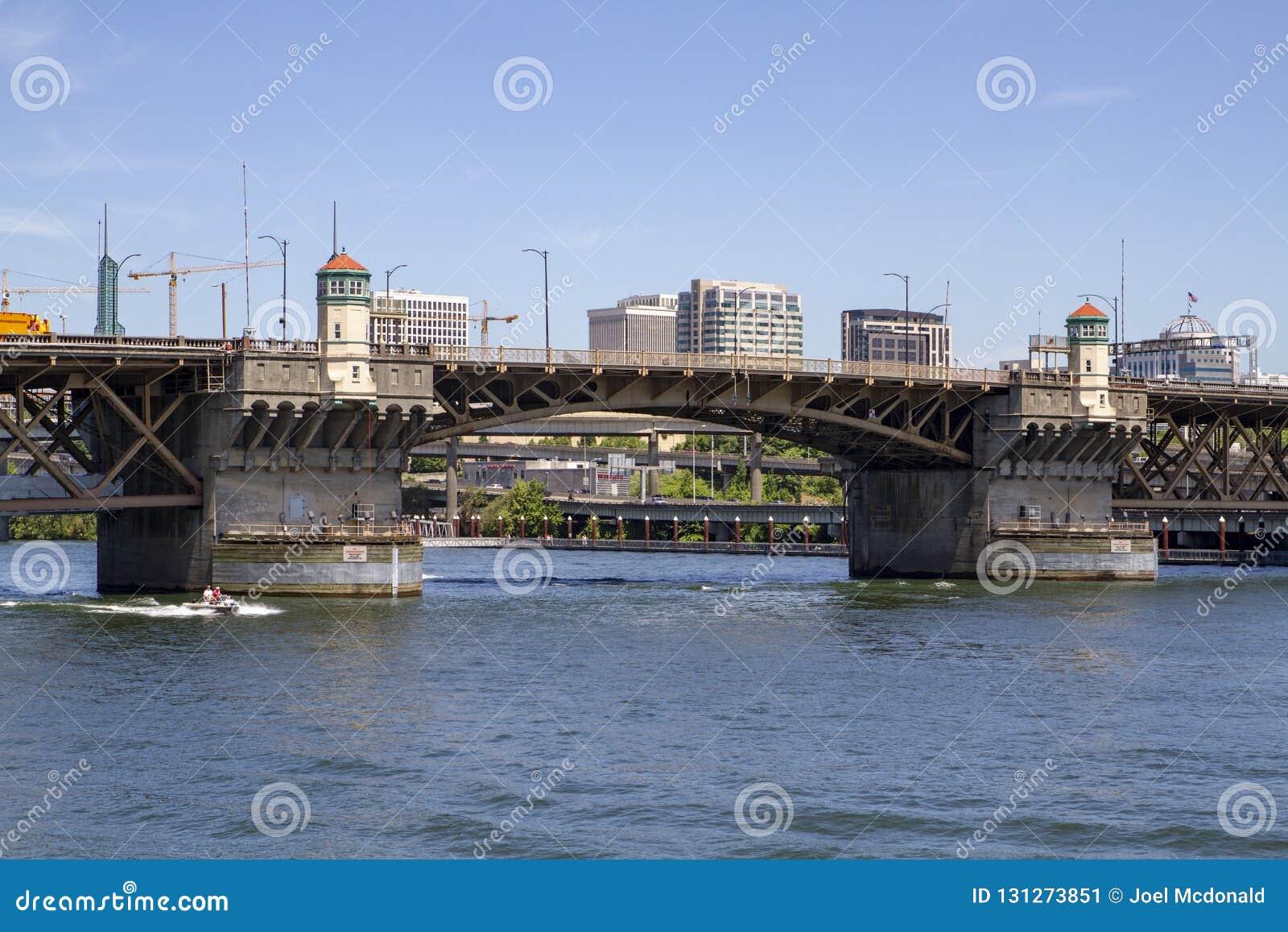 Γέφυρα Morrison μια ηλιόλουστη θερινή ημέρα στον ποταμό Willamette με τη λέμβο ταχύτητας στο Πόρτλαντ Όρεγκον