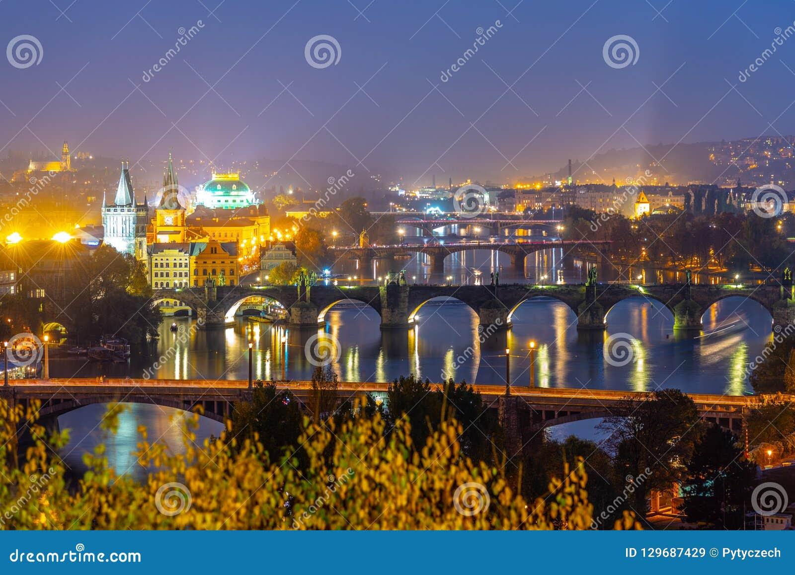 Γέφυρες της Πράγας πέρα από τον ποταμό Vltava το βράδυ, Πράγα, Δημοκρατία της Τσεχίας