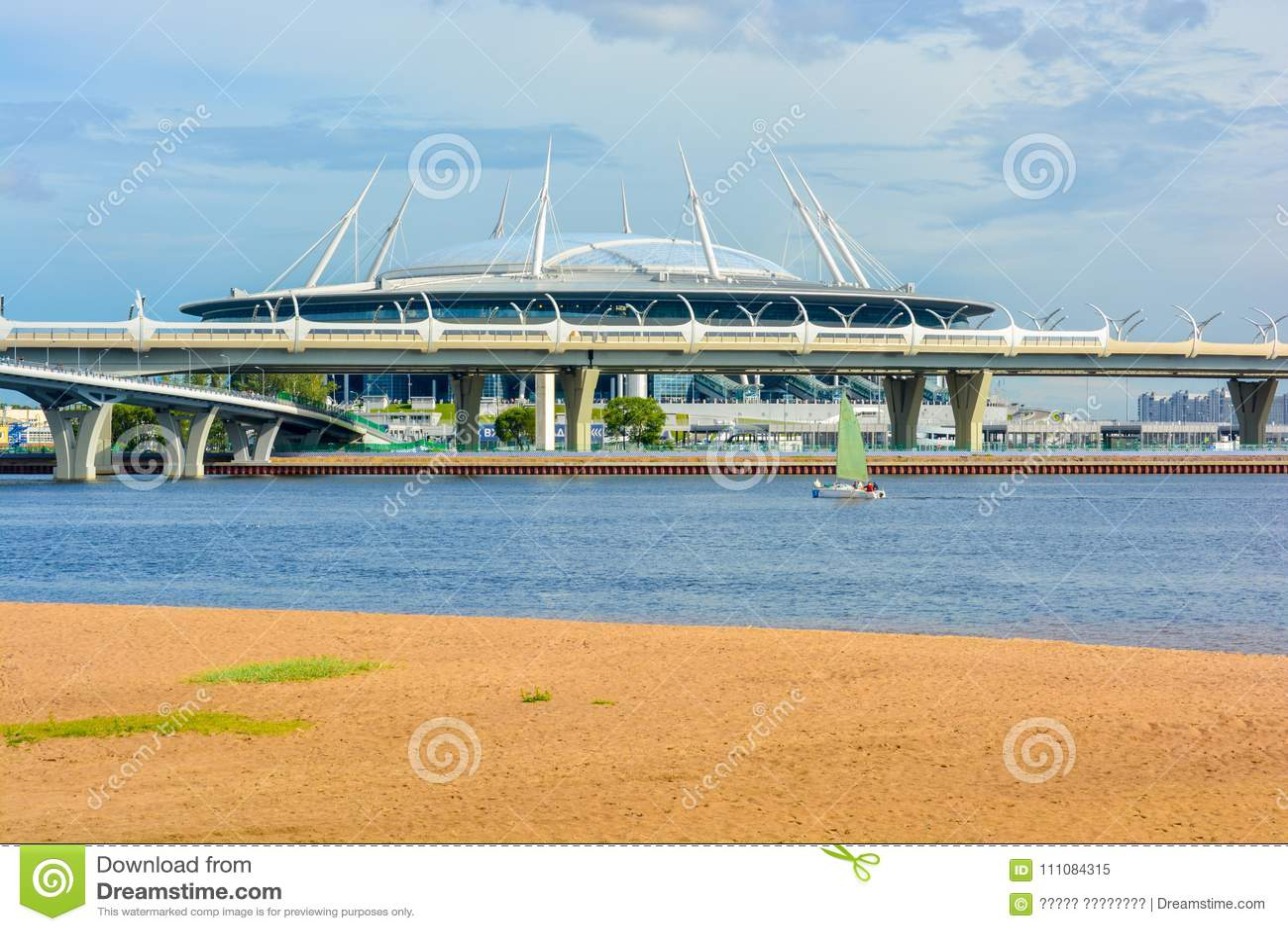 Γήπεδο ποδοσφαίρου αποκορυφώματος σταδίων Αγίου Πετρούπολη στο νησί Krestovsky πίσω από τη γέφυρα και τον κόλπο