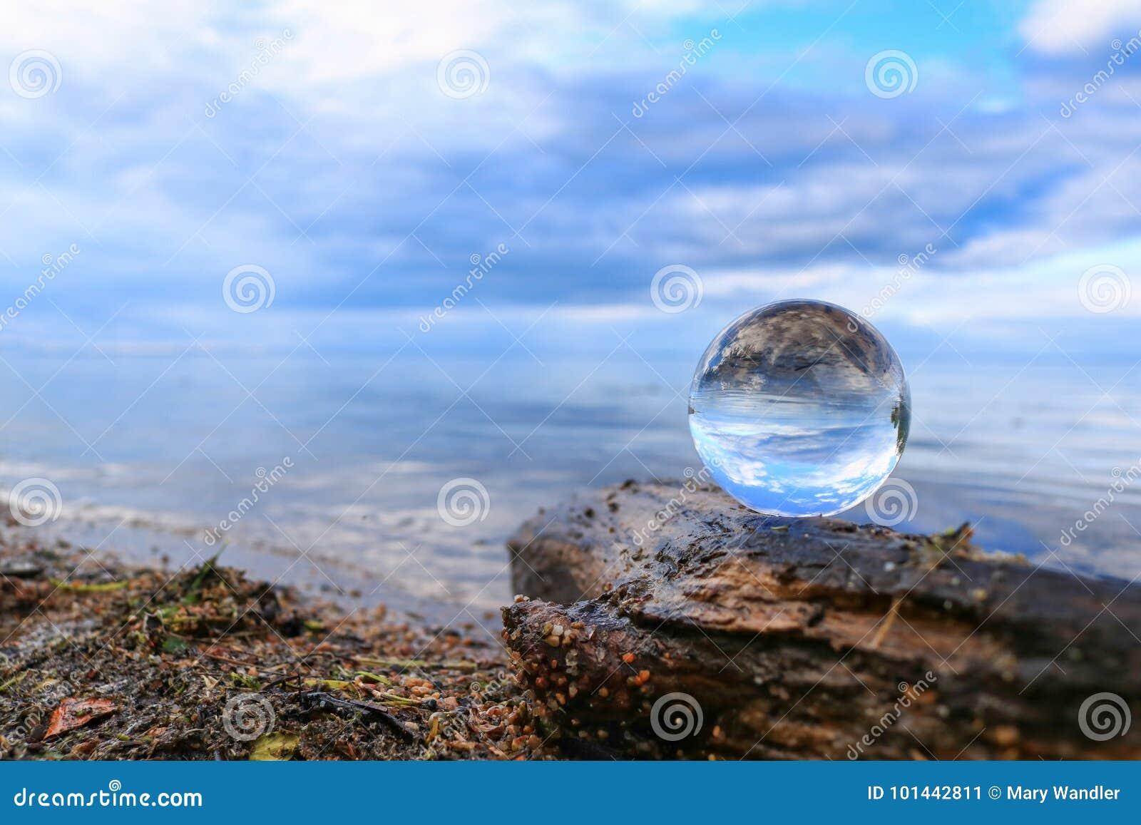 Γαλήνιος μπλε ορίζοντας που απεικονίζει σε μια σφαίρα κρυστάλλου