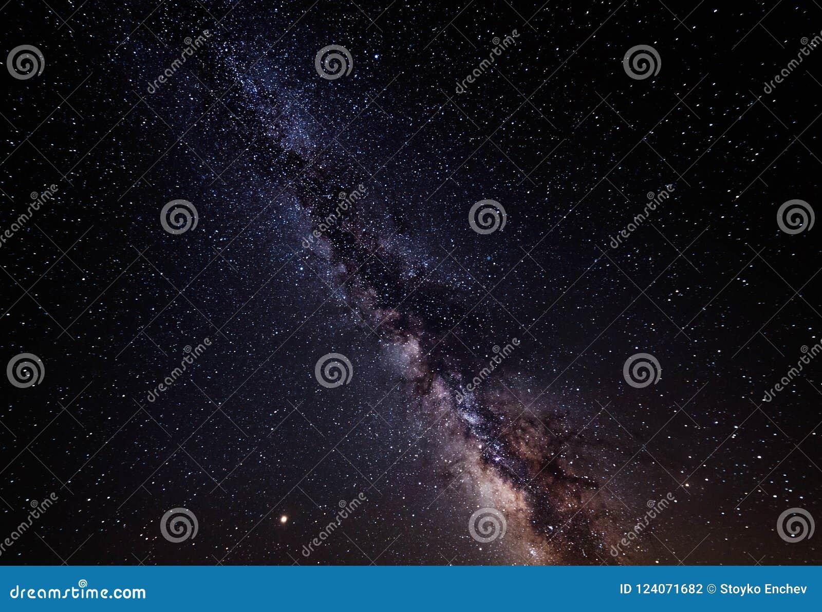 Γαλακτώδης γαλαξίας τρόπων αστέρια νυχτερινού ουρα&nu