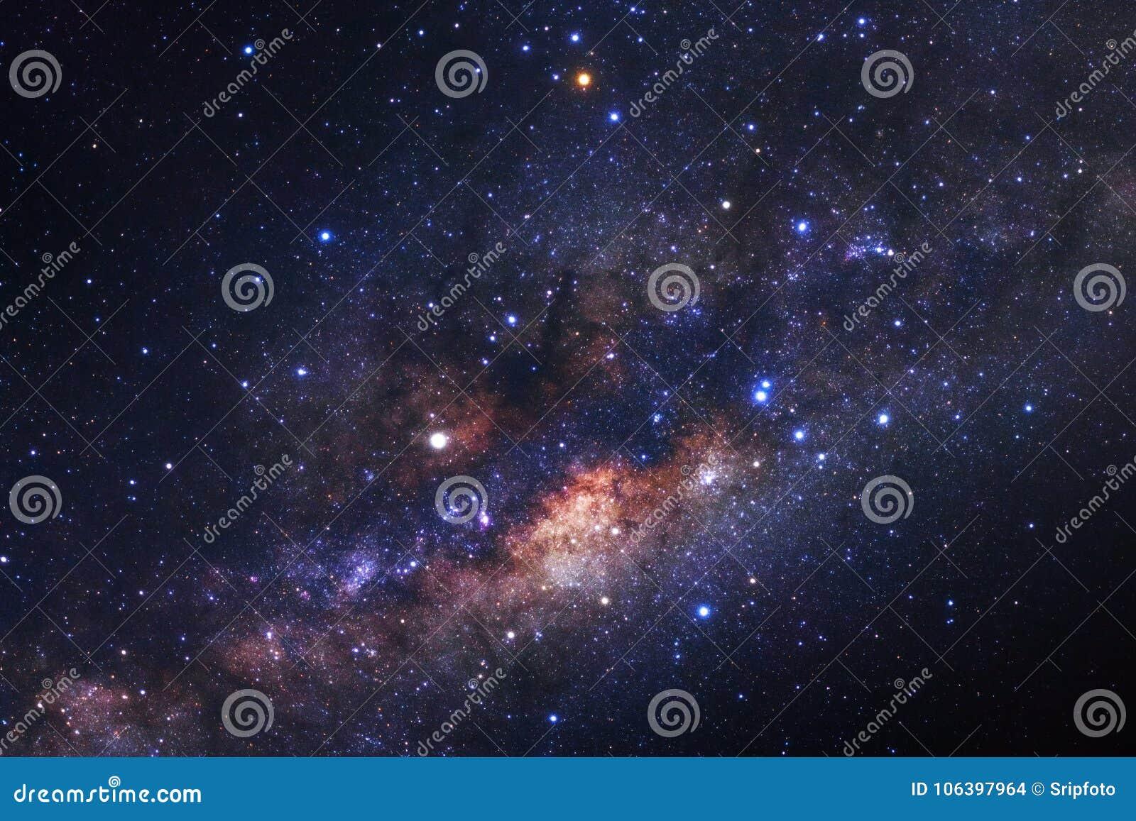 Γαλακτώδης γαλαξίας τρόπων με τα αστέρια και διαστημική σκόνη στον κόσμο