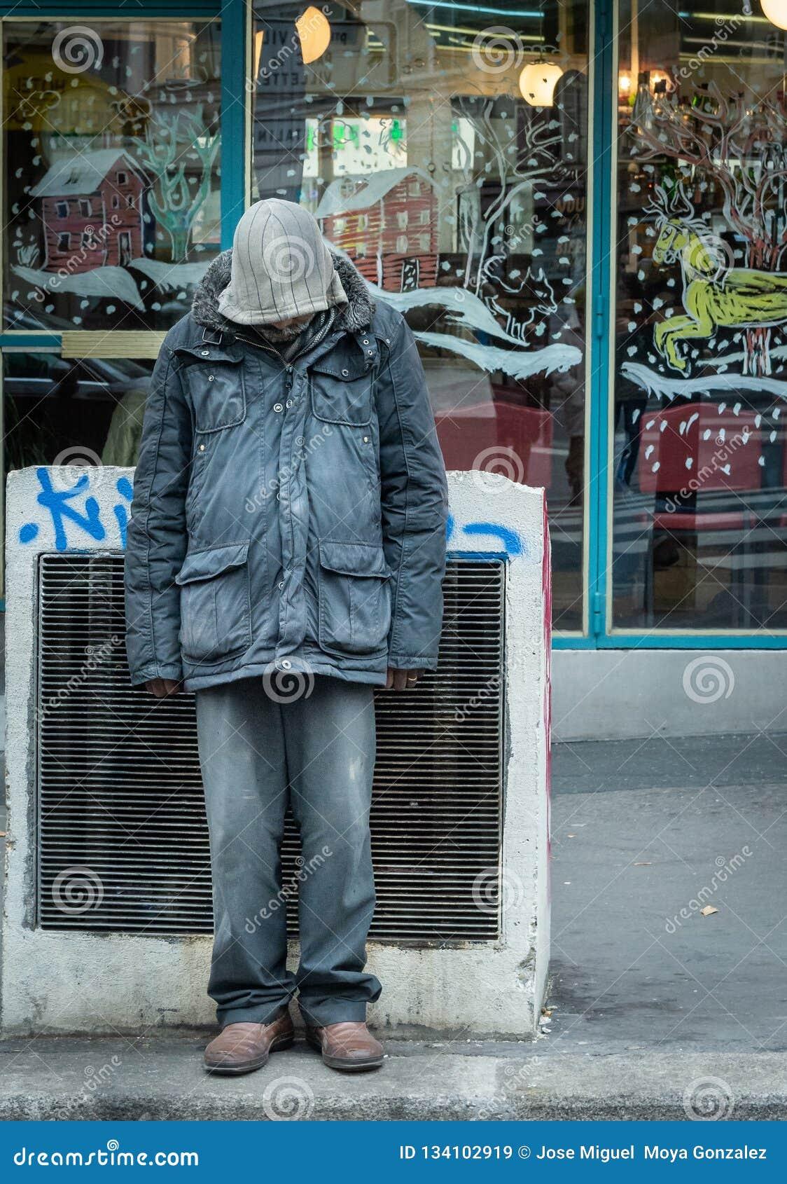 Γαλλία Παρίσι 10-Δεκέμβριος-2018 Πορτρέτο ενός άστεγου ατόμου μπροστά από ένα κατάστημα κατά τη διάρκεια των Χριστουγέννων