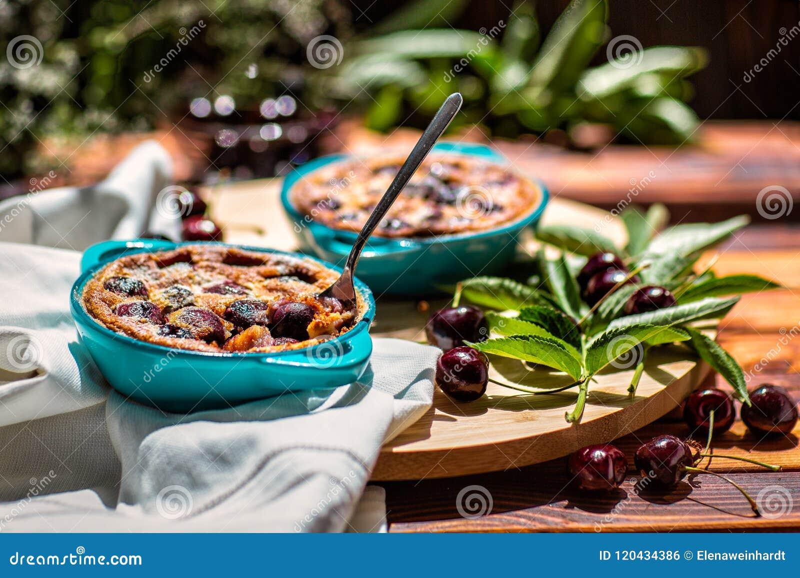 Γαλλική κουζίνα Clafoutis κέικ σπιτικό Γαλλική πίτα κερασιών