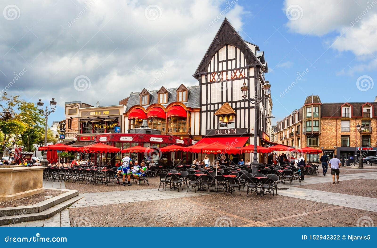Γαλλικοί καφές και φραγμός έξω από να δειπνήσει στο Saint-Quentin, Aisne, Γαλλία