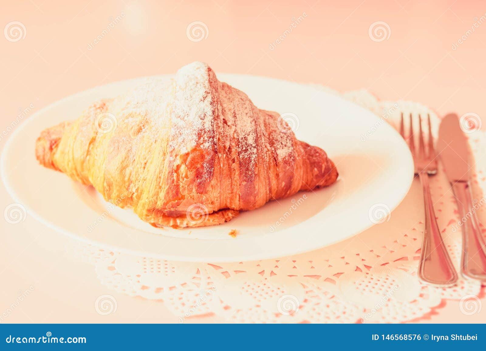 Γαλλικός croissant σε ένα πιάτο